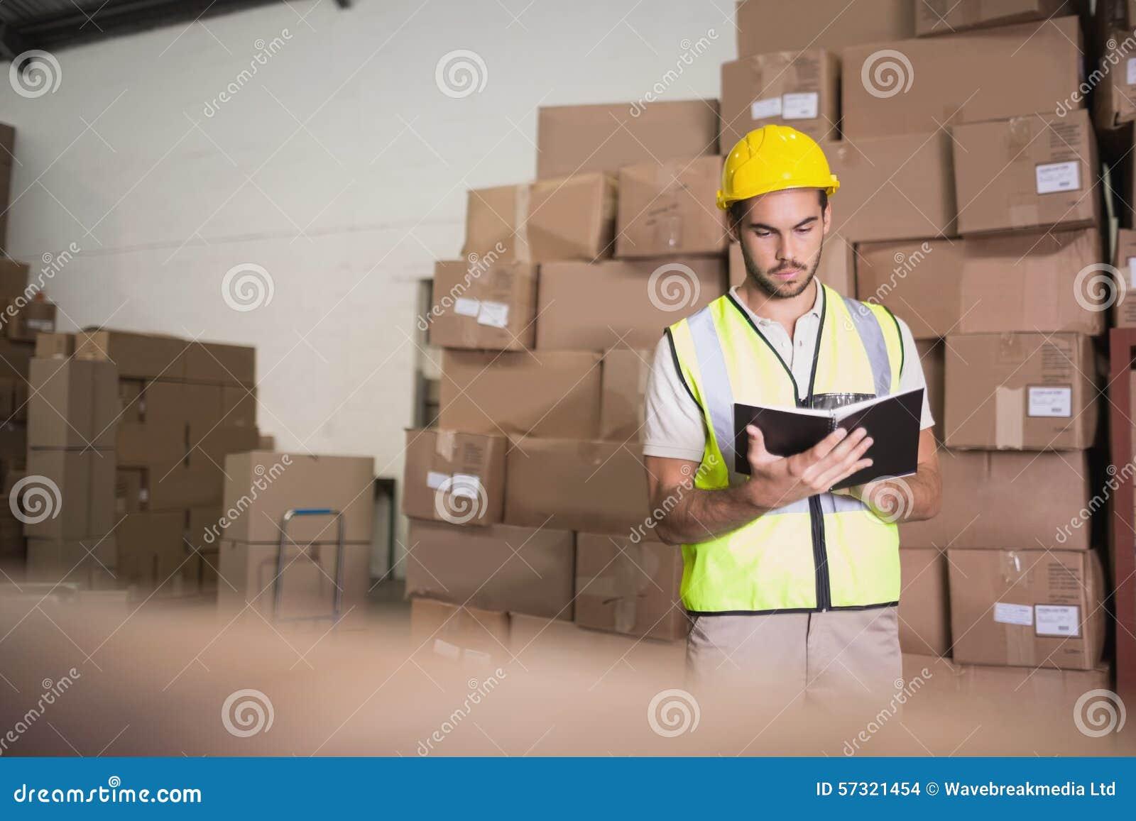 Arbetare med dagboken i lager