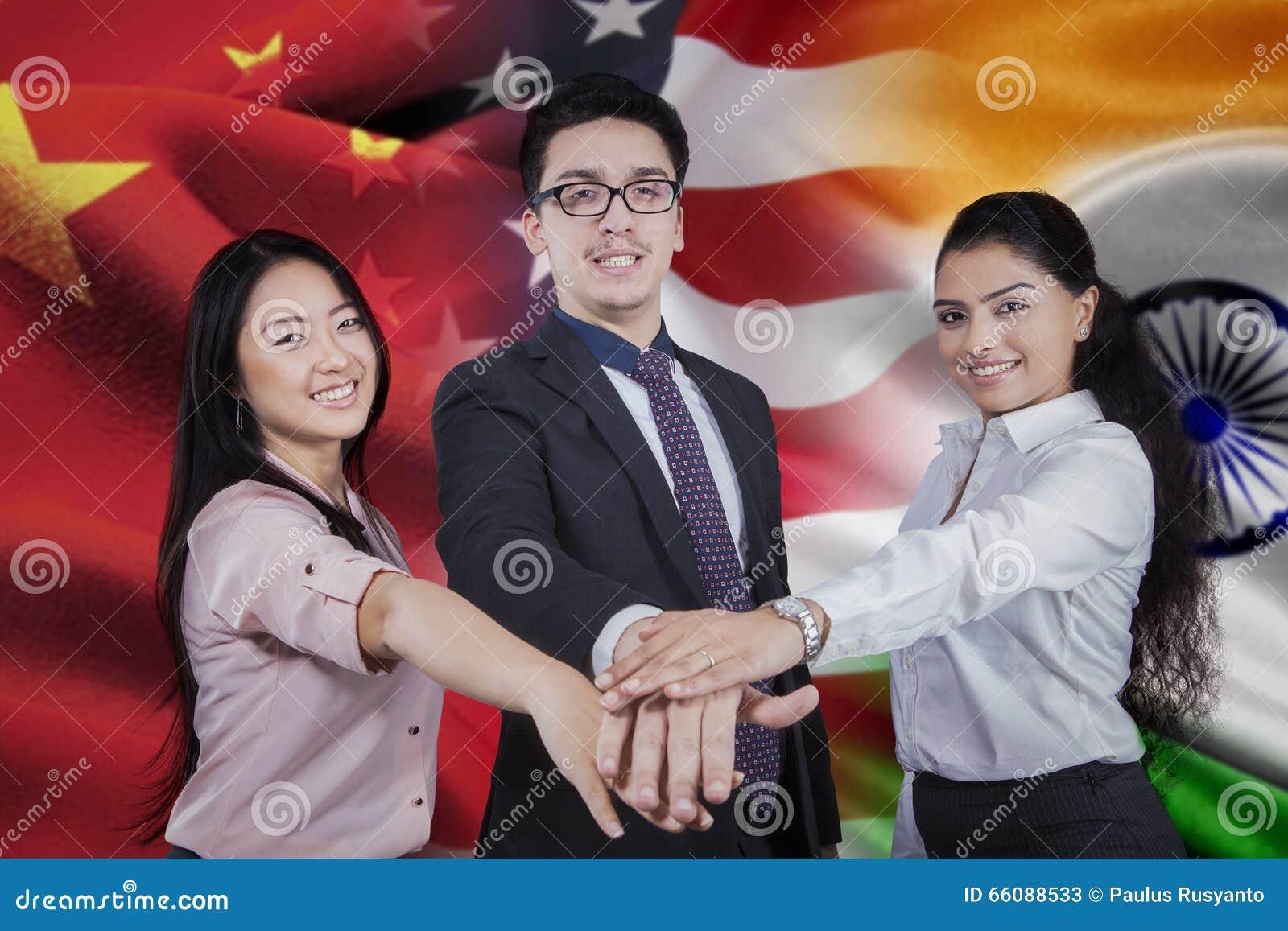 Arbetare med flaggan av kines, amerikanen och indiern