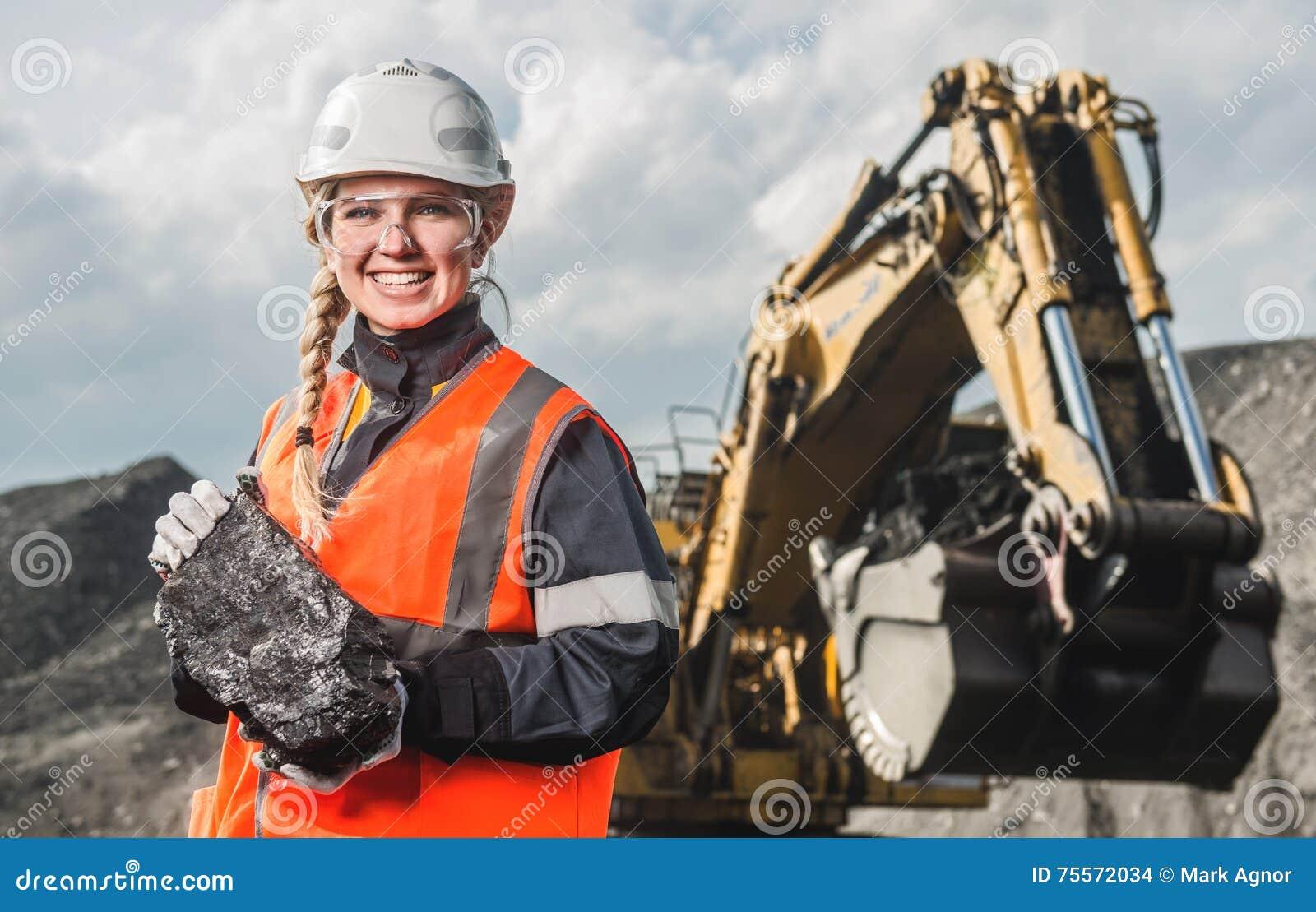 Arbetare med kol i händerna