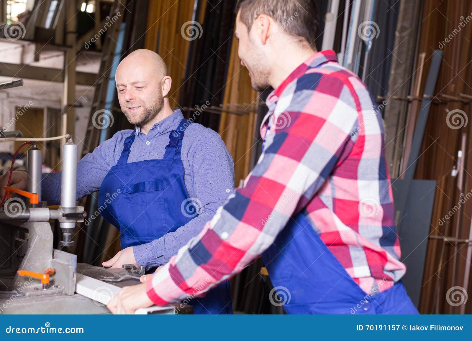 Arbetare near malningmaskinen