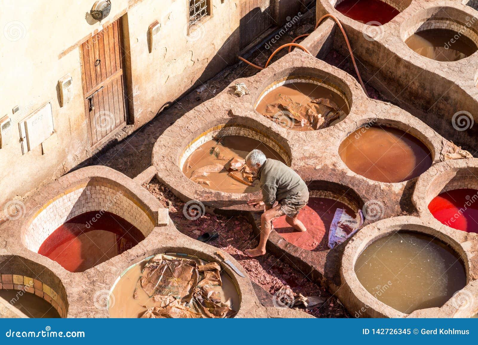 Arbetare på den Chouara garveriet