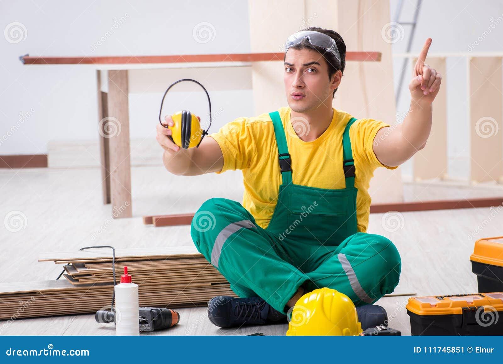 Arbetare som visar importnacen av bärande oväsen som avbryter headph