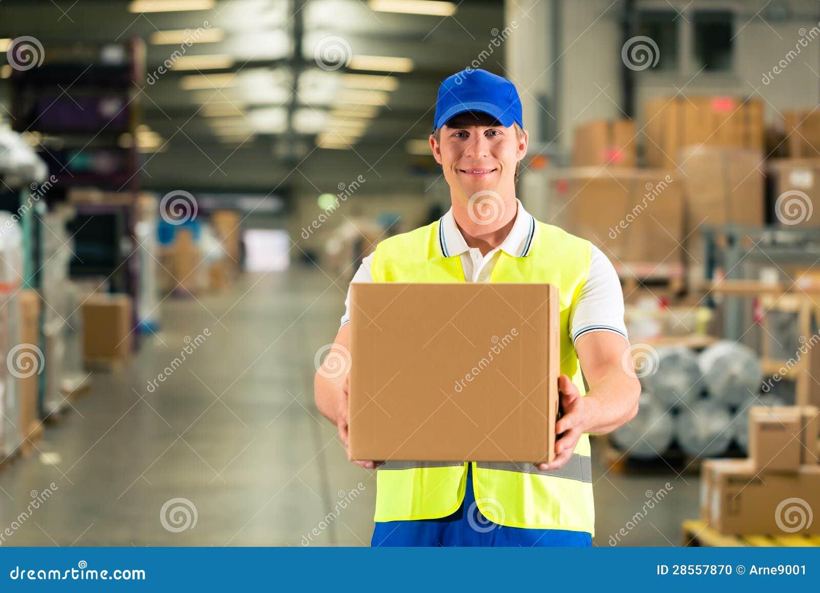 Arbetarhåll paketerar i lager av spedition