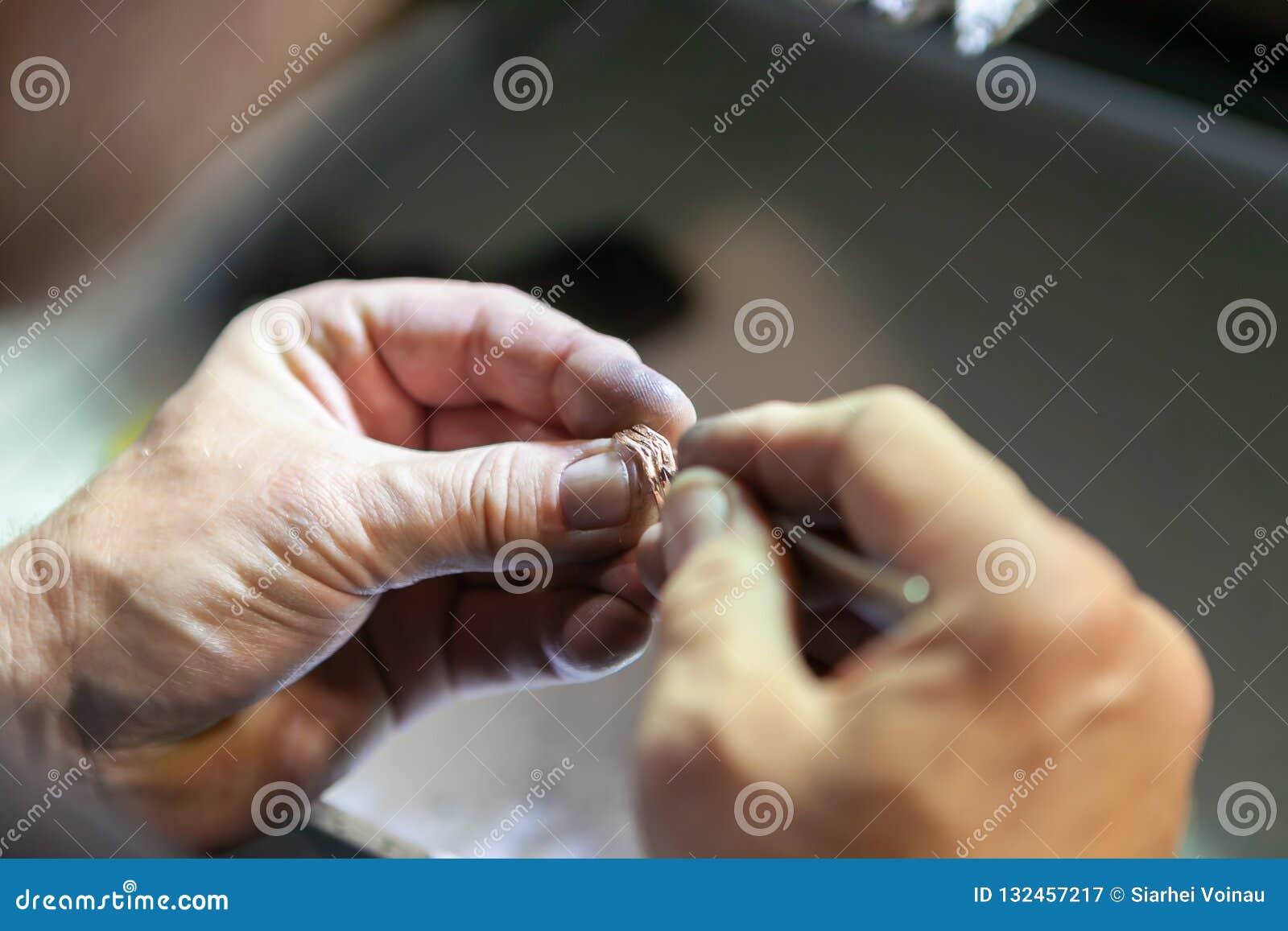 Arbete av förlagen, juvelerare Smyckenreparationen shoppar Tillverkning av smycken