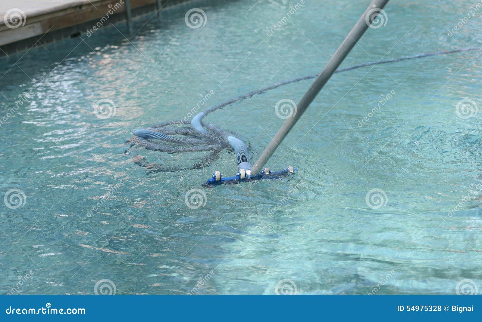 Arbete för simning för cleaningpölsommar