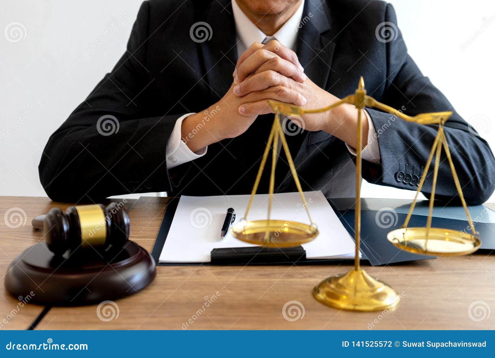 Arbete f?r domareadvokatauktionsklubba i regeringsst?llning med j?mvikt