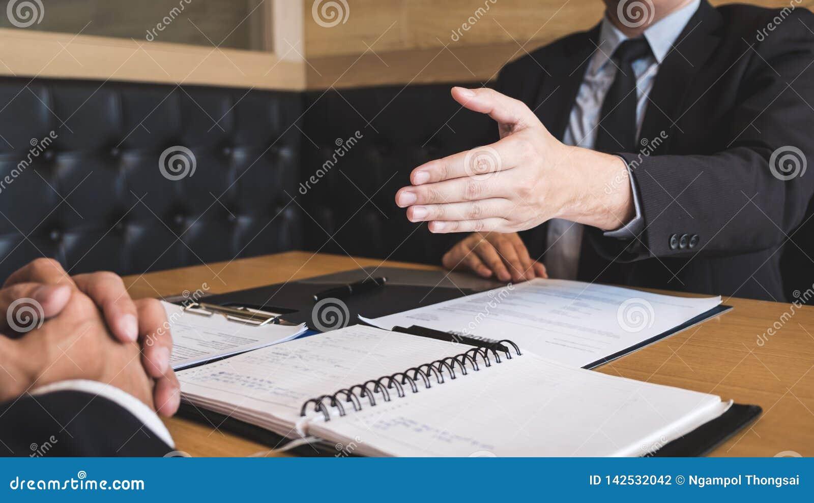 Arbetsgivaren som ankommer för en jobbintervju, affärsmannen lyssnar till kandidatsvar som förklarar om hans dröm- jobb för profi