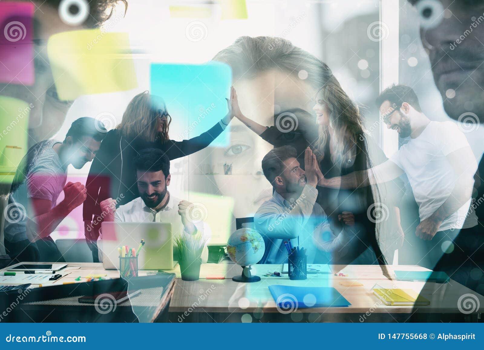 Arbetsgruppen av aff?rsm?n triumferar f?r att ha uppn?tt m?let begrepp av teamwork- och aff?rspartnerskap double