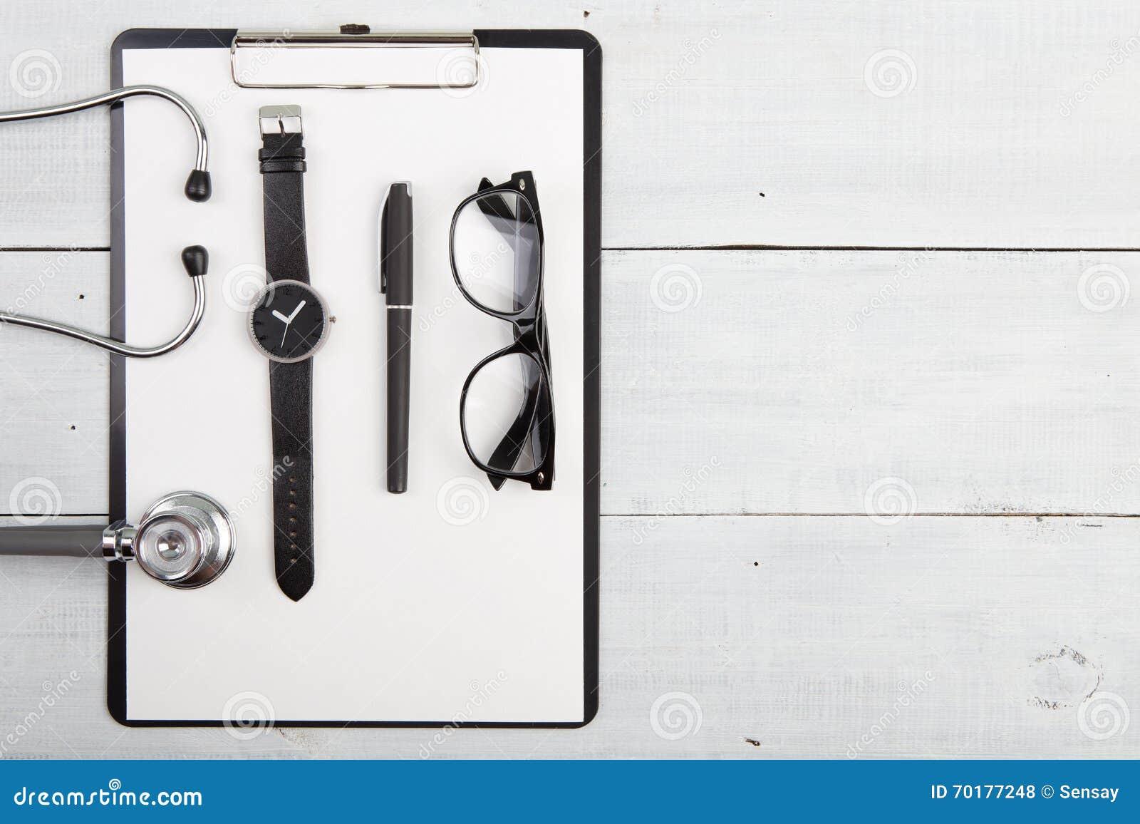 Arbetsplats av doktorn - stetoskop, medicinskrivplatta, exponeringsglas a