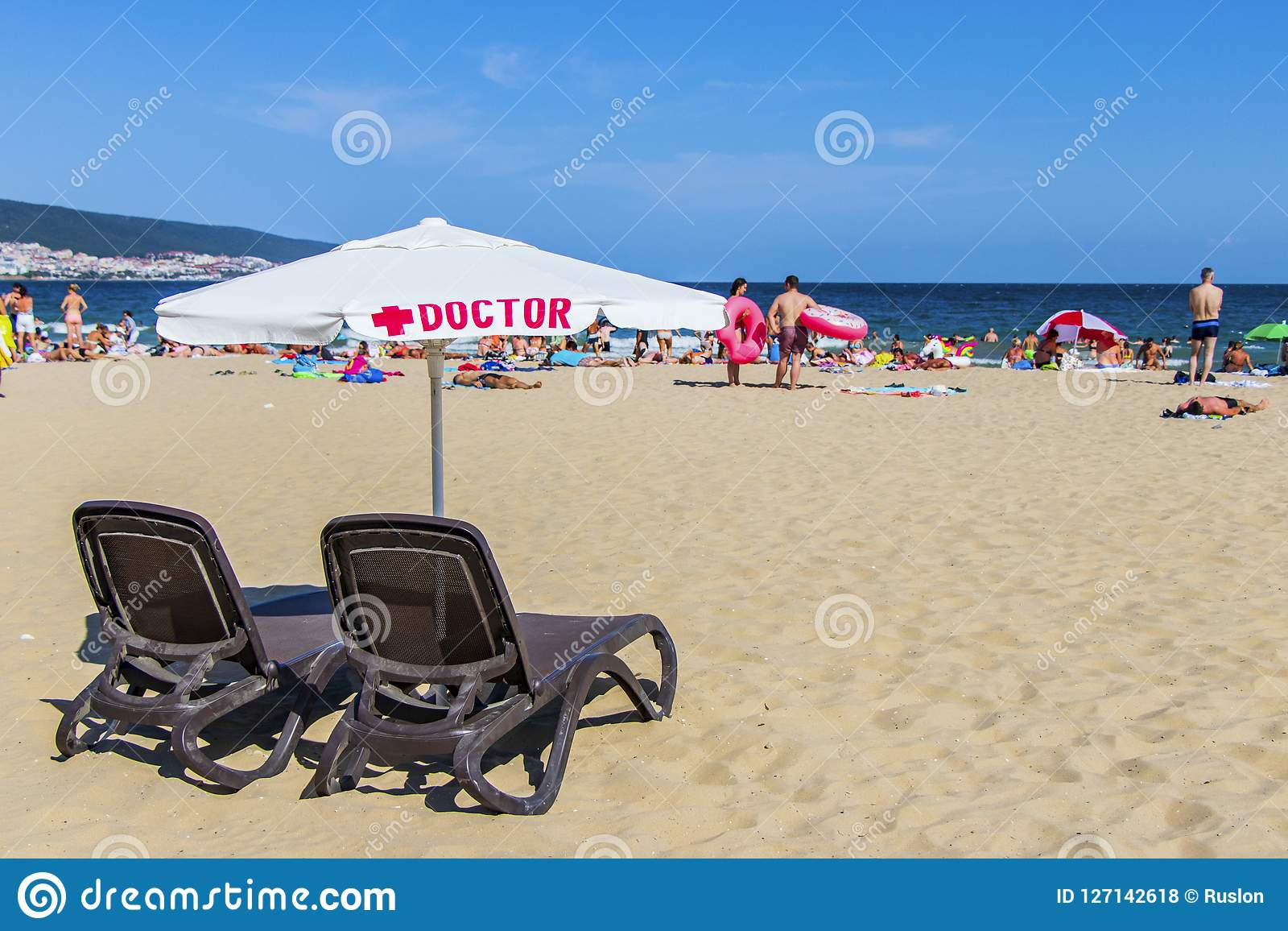 Arbetsplatsdoktorer på strandBulgarien Solig strand 25 08 2018