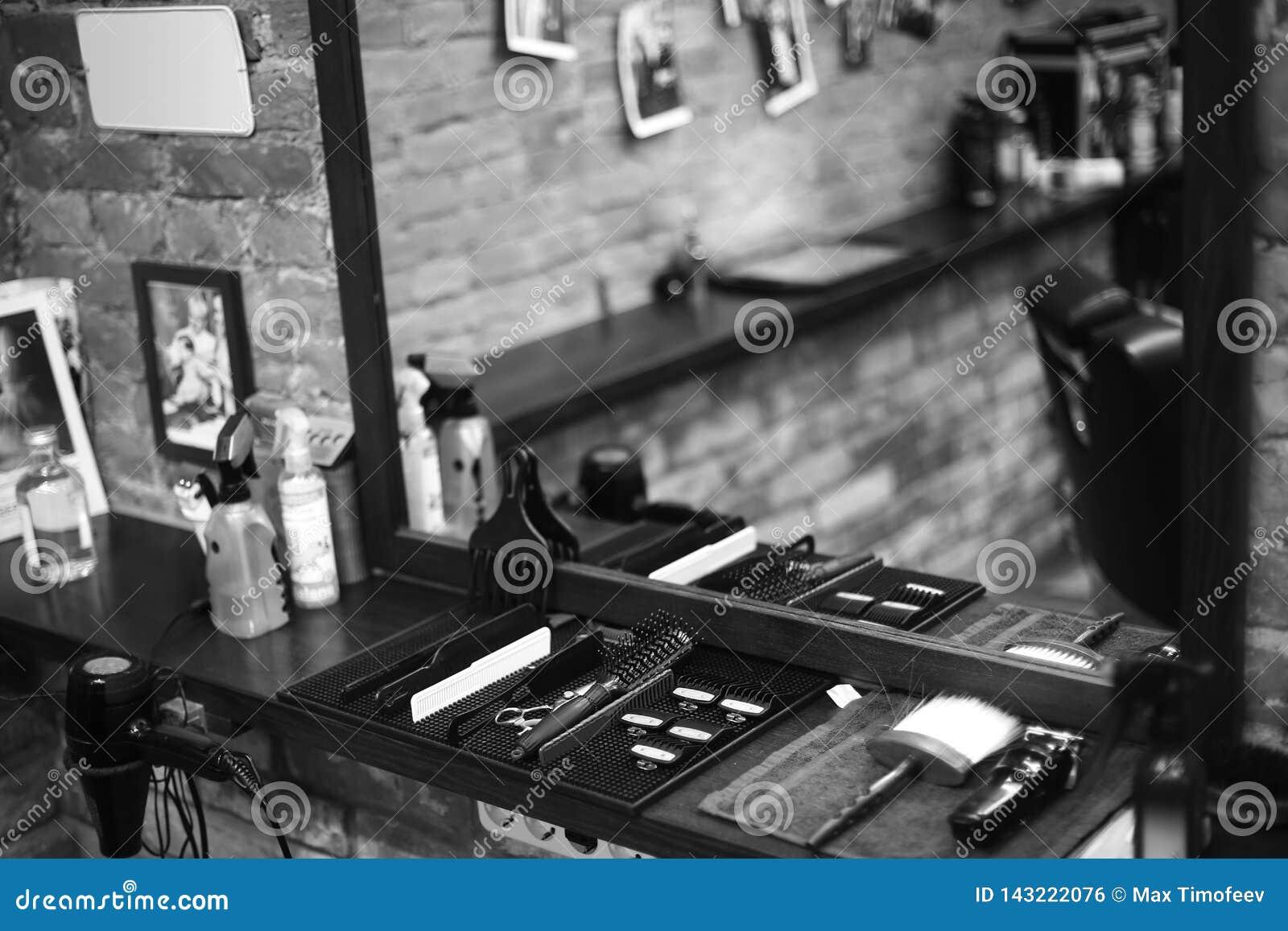 Arbetsplatsen av barberaren Hjälpmedel för en frisyr Svartvit bild