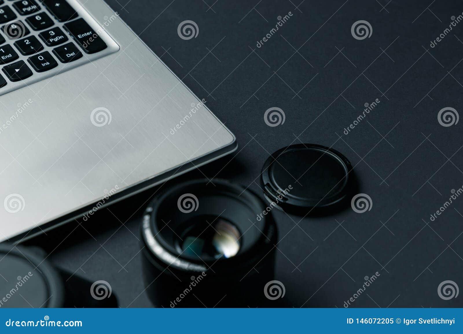 Arbetsutrymme p? den svarta tabellen av fotografen Minsta workspace