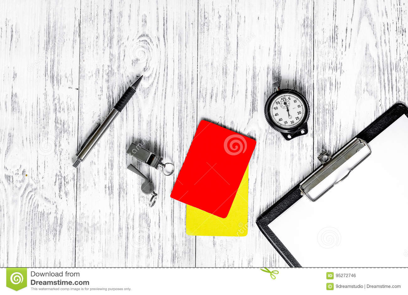 Arbiter przygotowywa rywalizacja Kolor żółty i czerwone kartki, stopwatch, gwizd na drewnianego tła odgórnym widoku