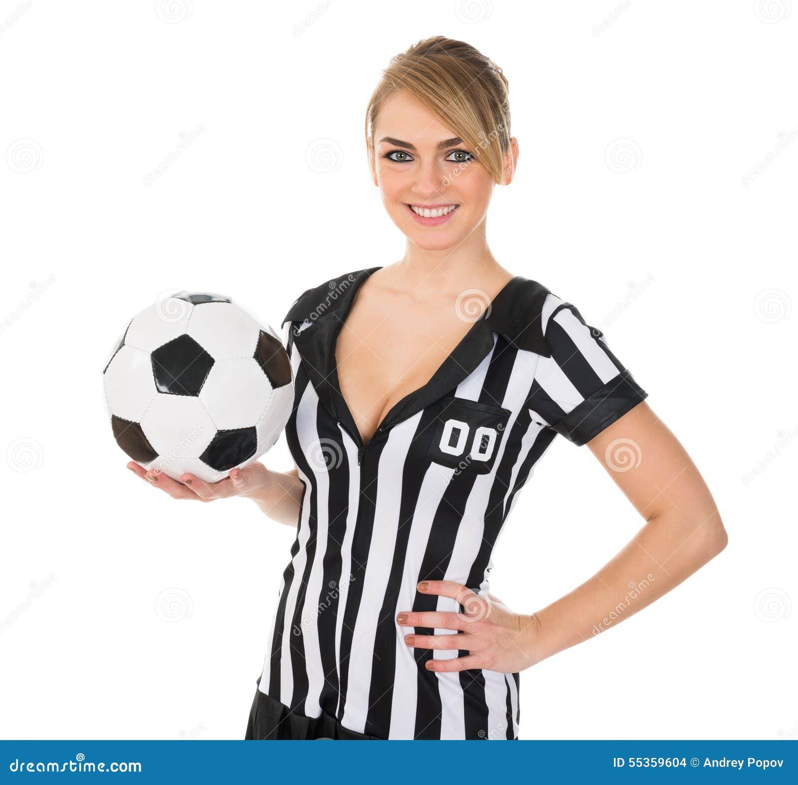 Arbitro di calcio con calcio