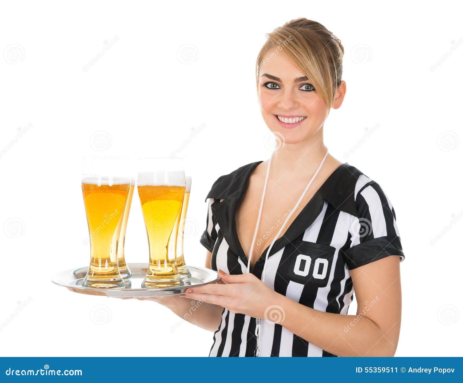 Arbitro femminile con vetro di birra