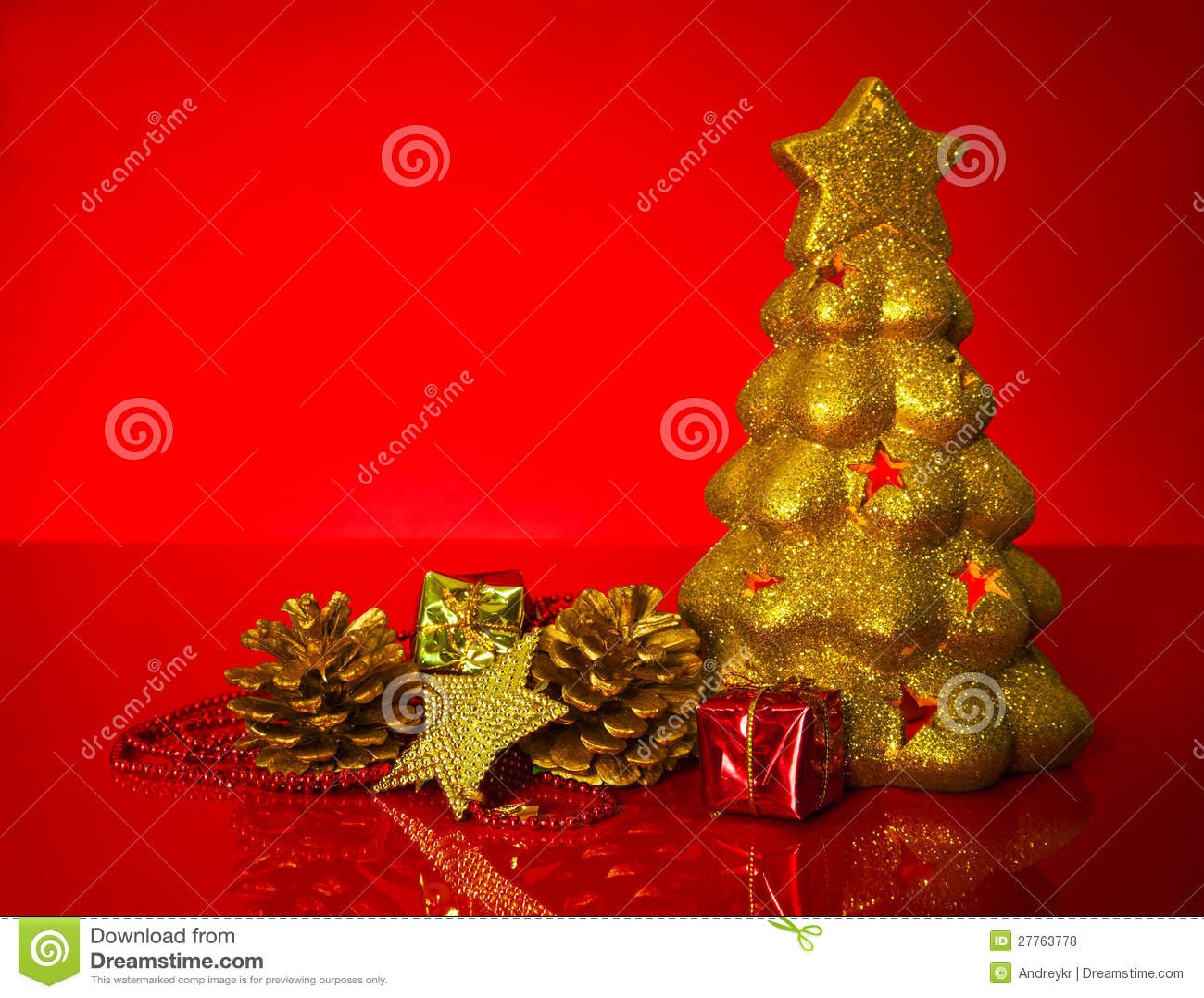 Arbre d or avec des décorations de Noël