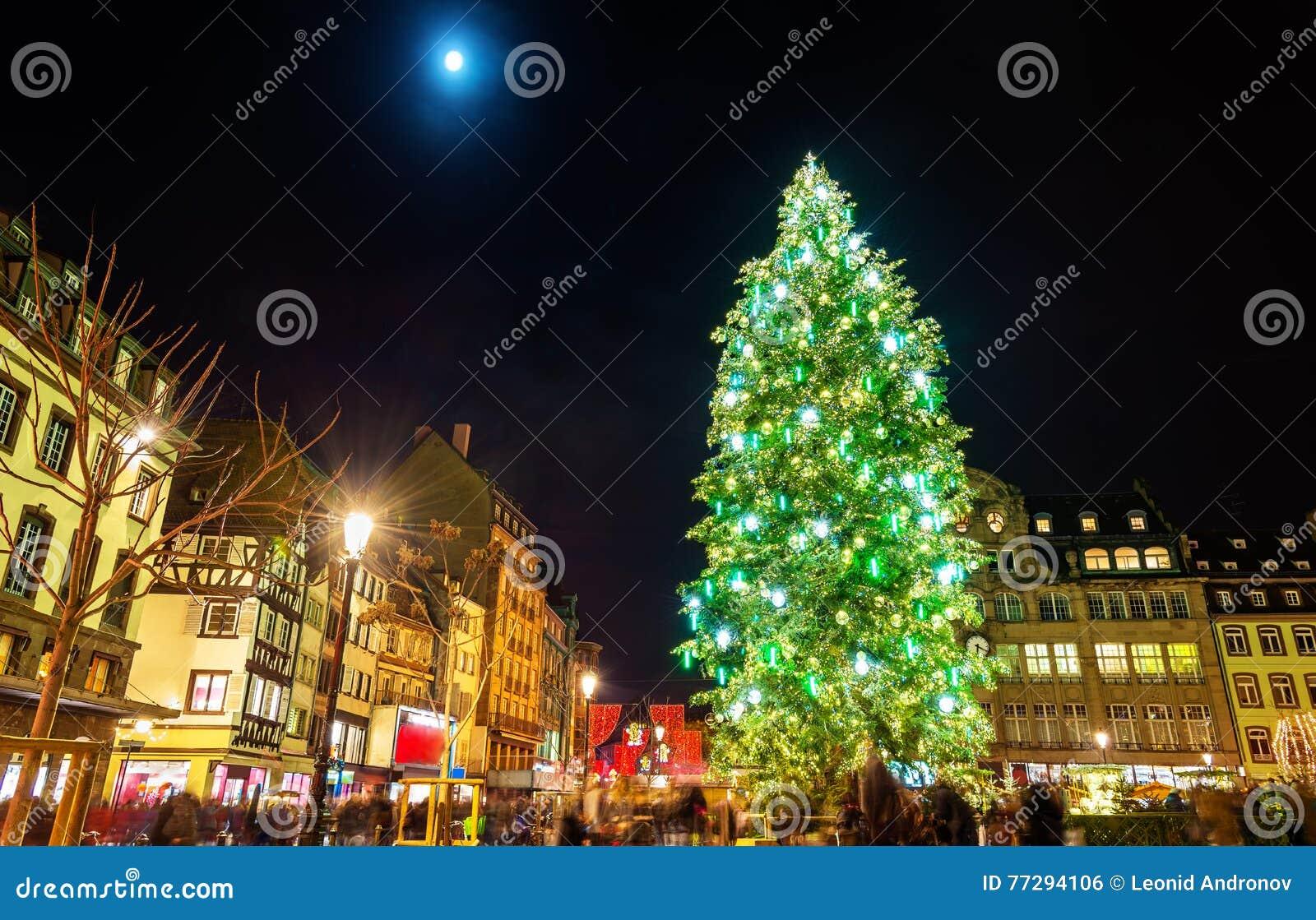 Arbre de Noël au marché célèbre à Strasbourg