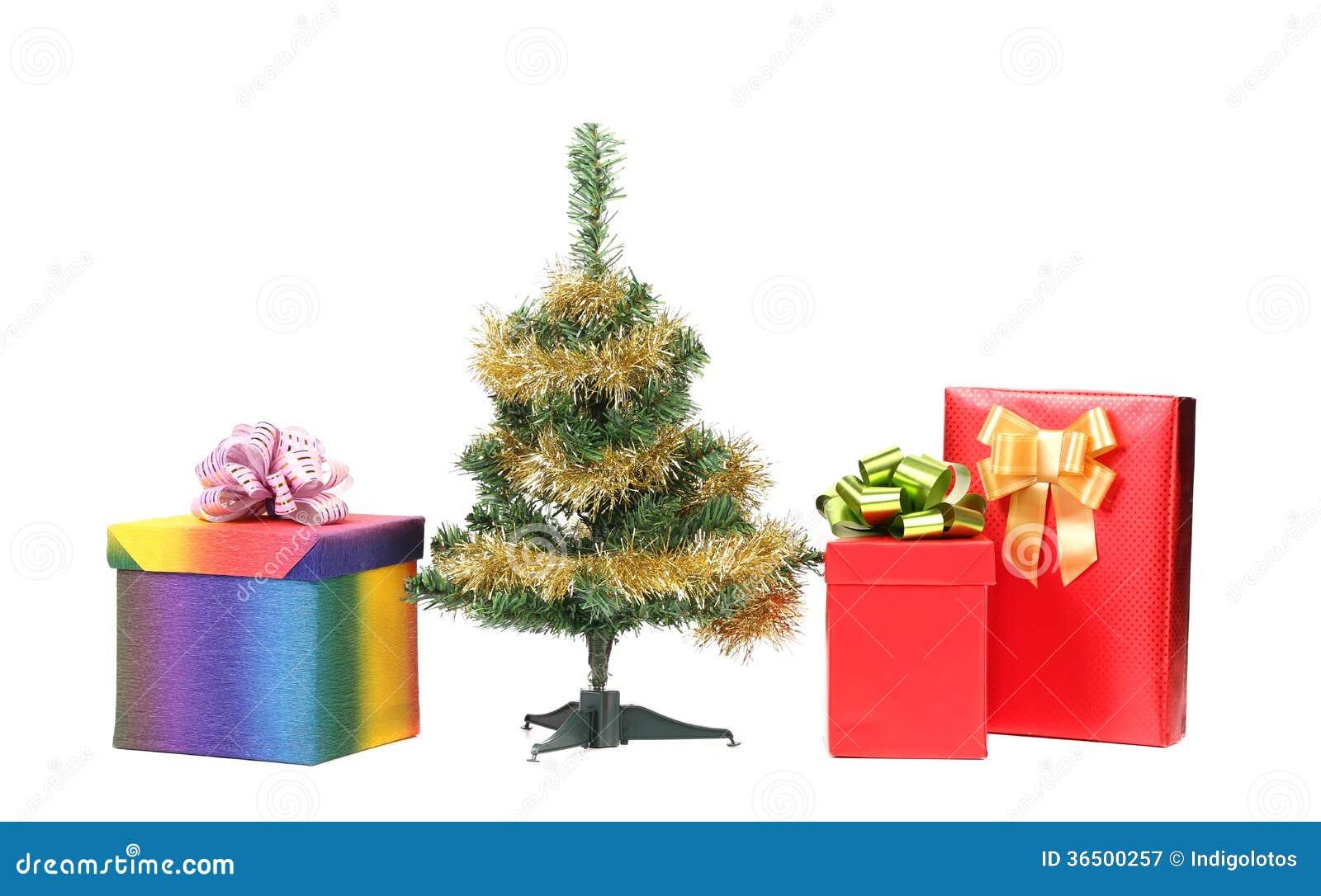 Arbre de Noël avec deux boîte-cadeau.
