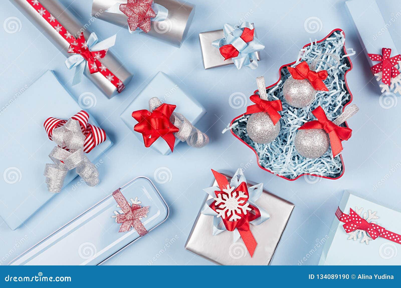 Arbre de Noël avec les boules de scintillement et les boîte-cadeau, décorations dans la couleur métallique bleue et argentée en p