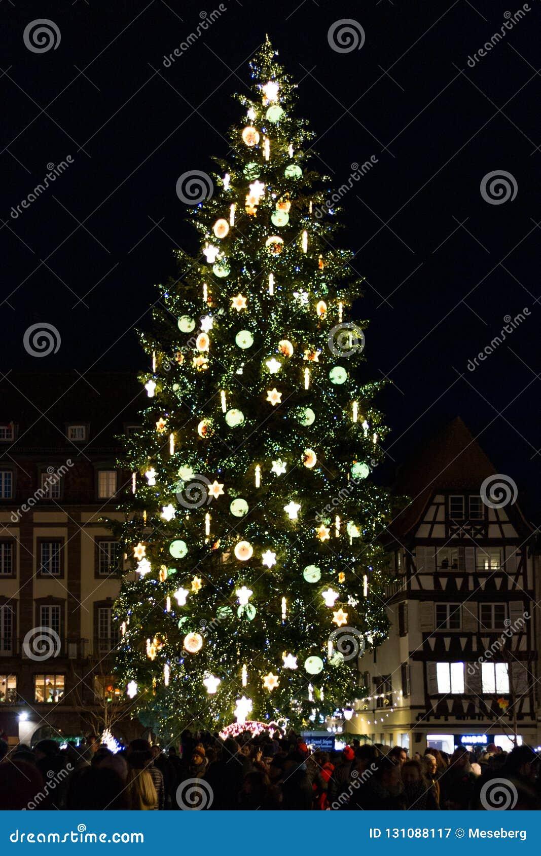 Arbre de Noël chez Kleber Square la nuit à Strasbourg, Alsace,