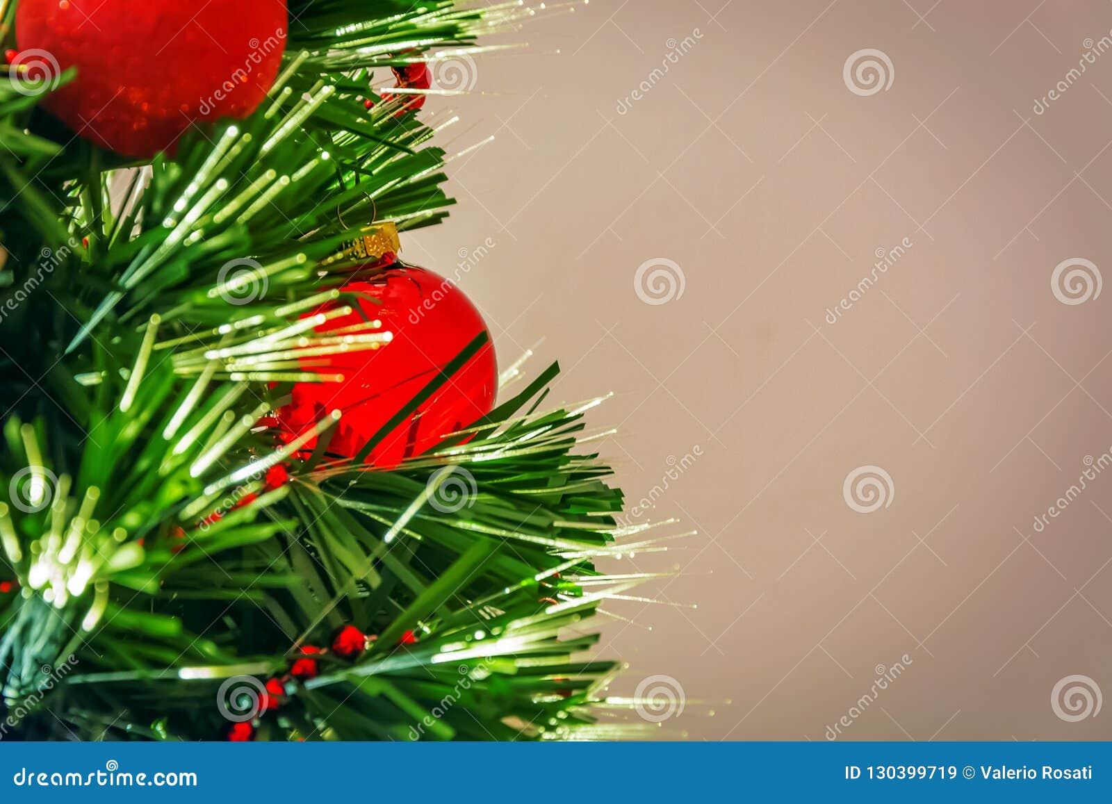Arbre de Noël décoré des boules rouges et des lumières menées
