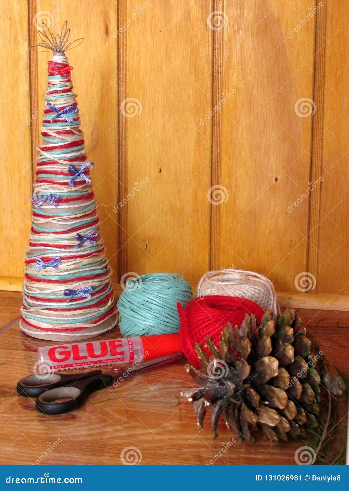 Arbre de Noël fait maison Outils et matériaux pour effectuer le travail de travail manuel pour Noël