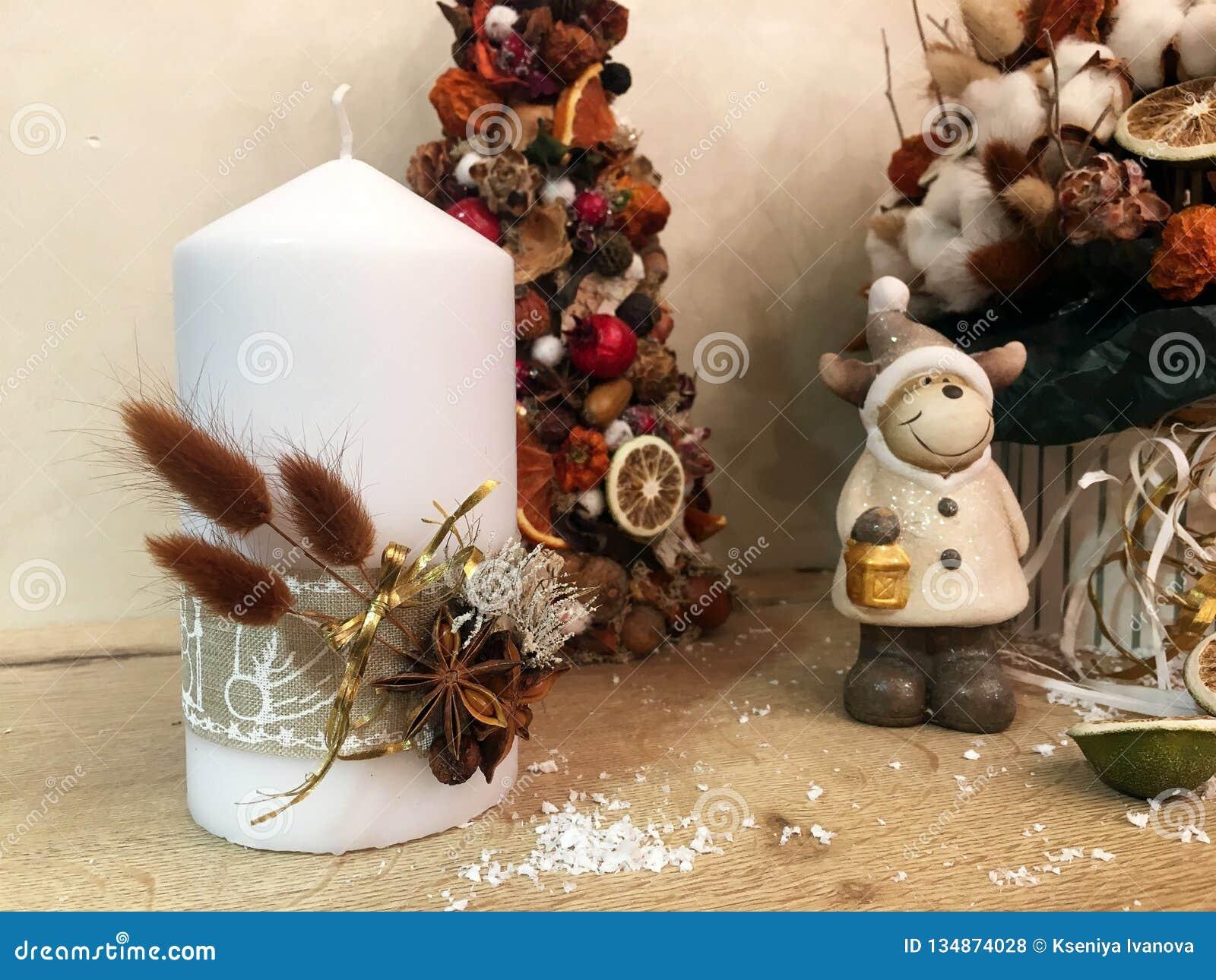 Arbre de Noël peu commun fait de matériaux naturels Image déprimée atmosphérique à l atelier de vacances d hiver