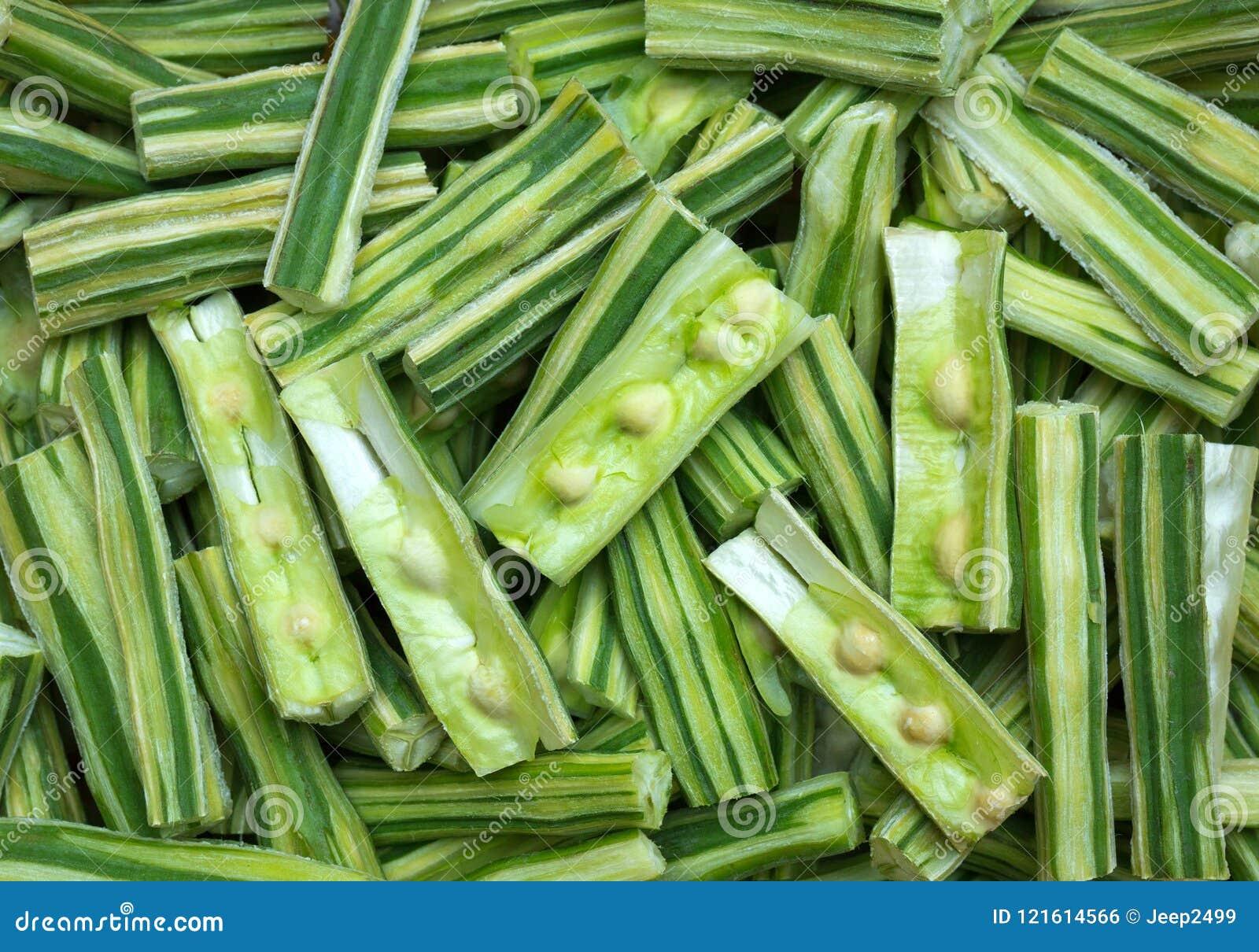 Arbre de raifort sauvage, pilon ou Moringa, herbes coupées en tranches