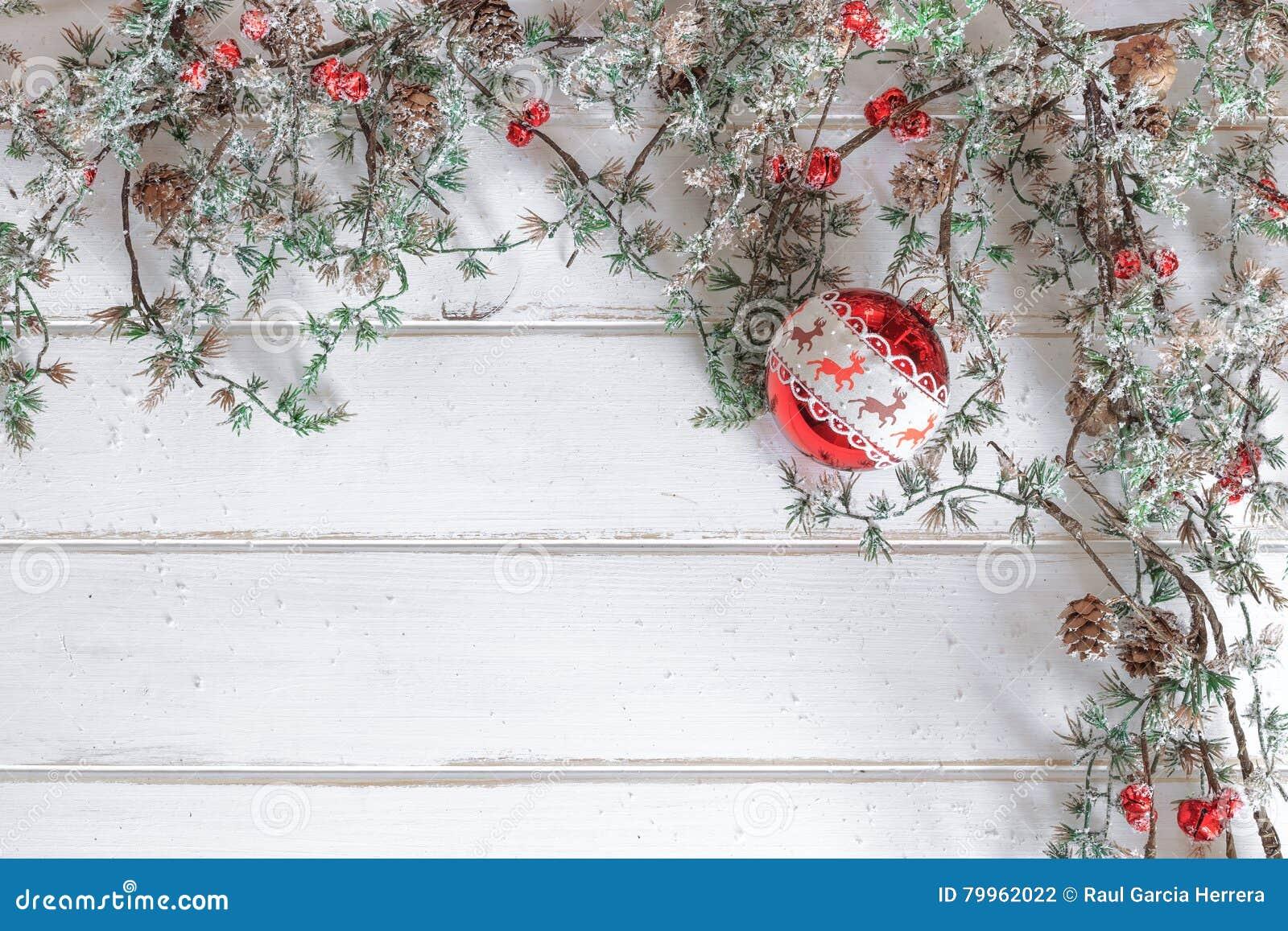 Arbre Bois Blanc Decoration arbre de sapin de noël avec la décoration sur le conseil en
