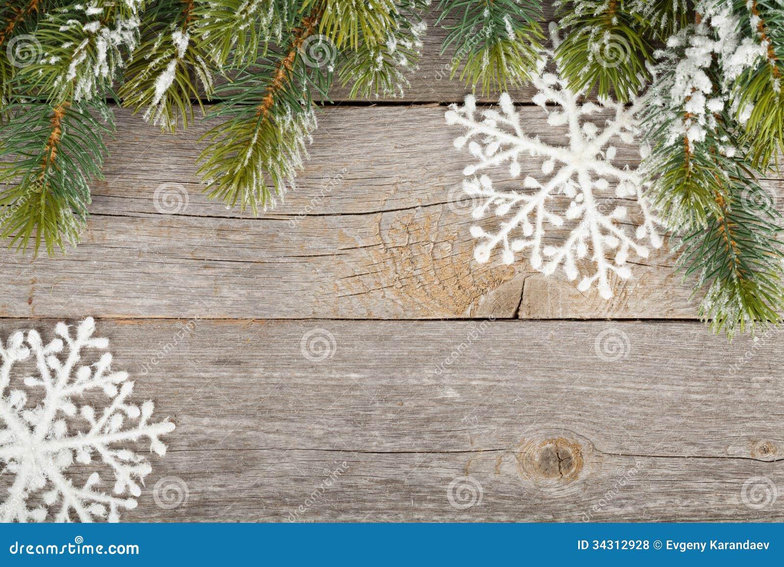 Arbre de sapin de Noël et décor sur le fond de conseil en bois
