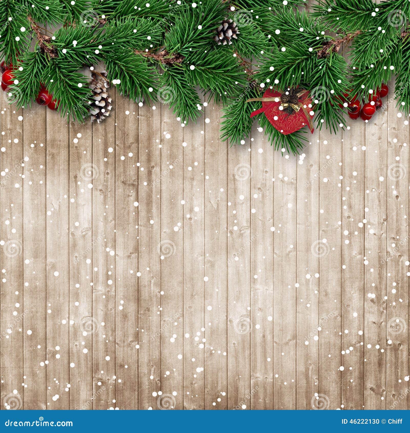 Arbre de sapin de Noël sur le fond en bois neigeux