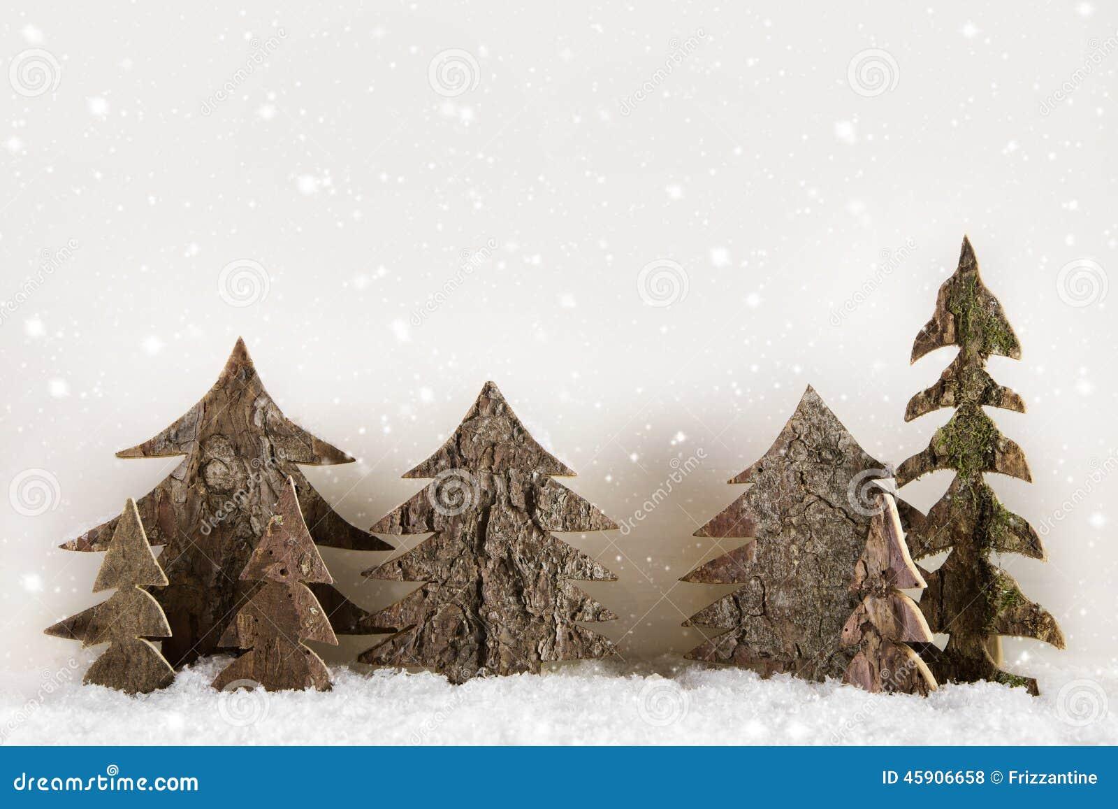 Arbres de Noël découpés faits main sur le fond blanc en bois