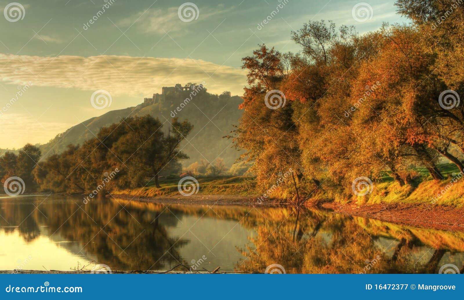 Arbres, lac et forteresse d automne