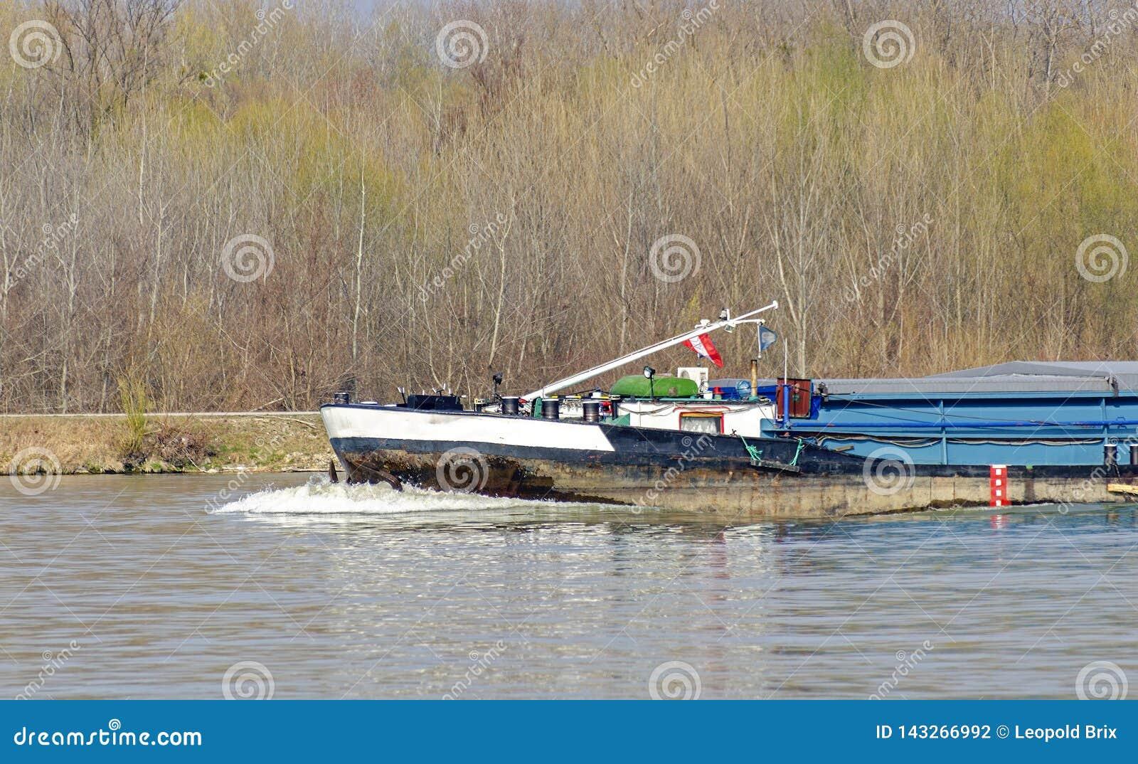 Arc d un cargo en amont sur la rivière Danube