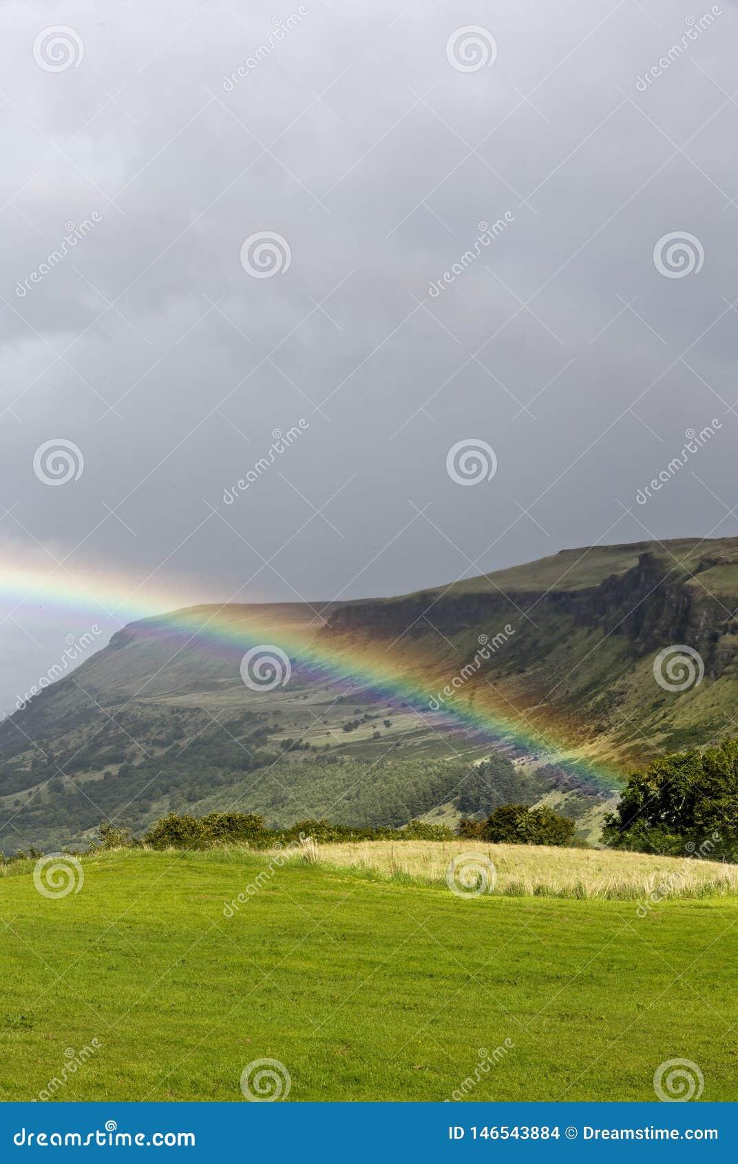 Arc-en-ciel au-dessus d un paysage Irlande de vallée