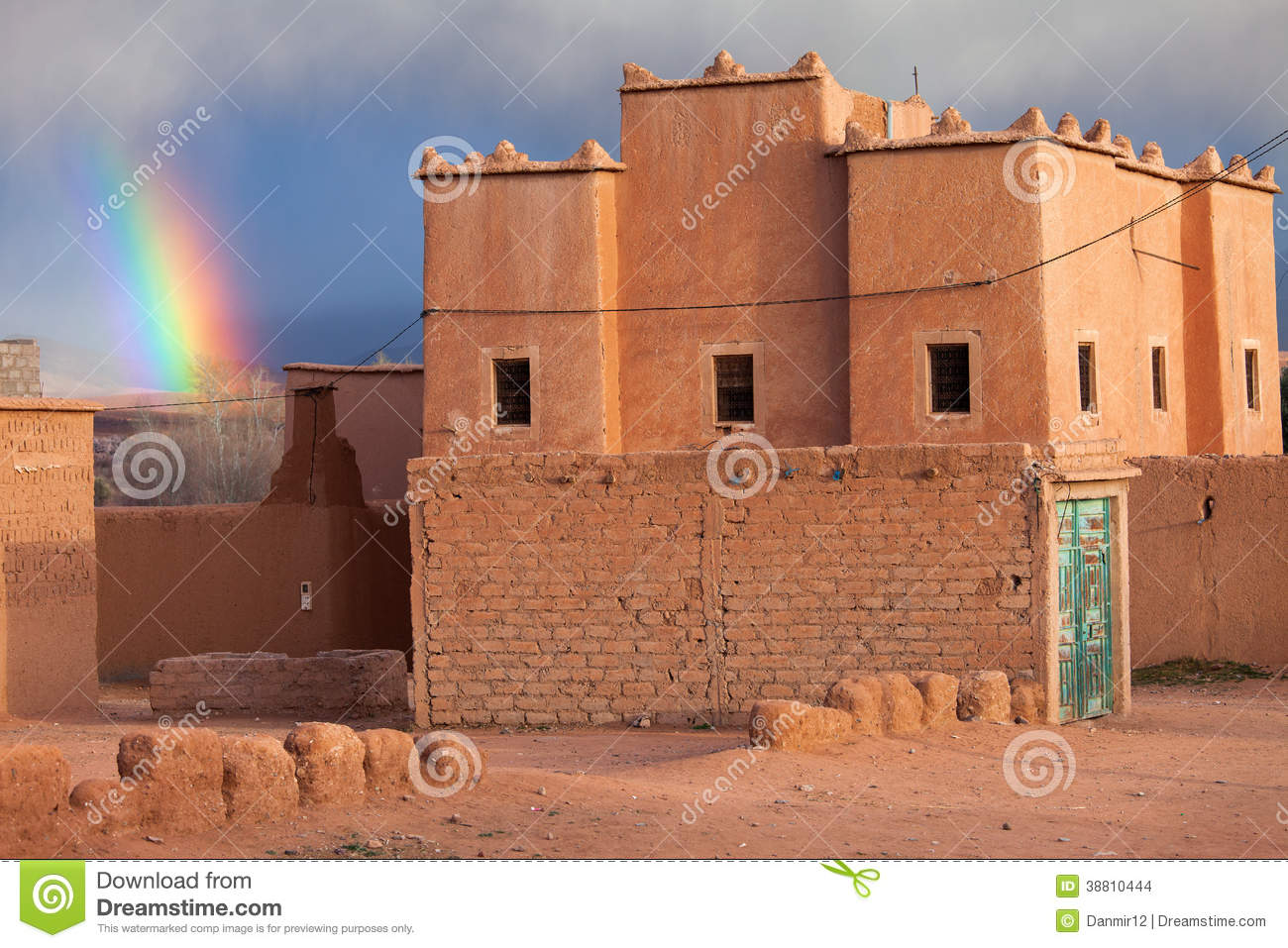 arc en ciel au dessus d 39 une maison traditionnelle au maroc photo stock image 38810444. Black Bedroom Furniture Sets. Home Design Ideas