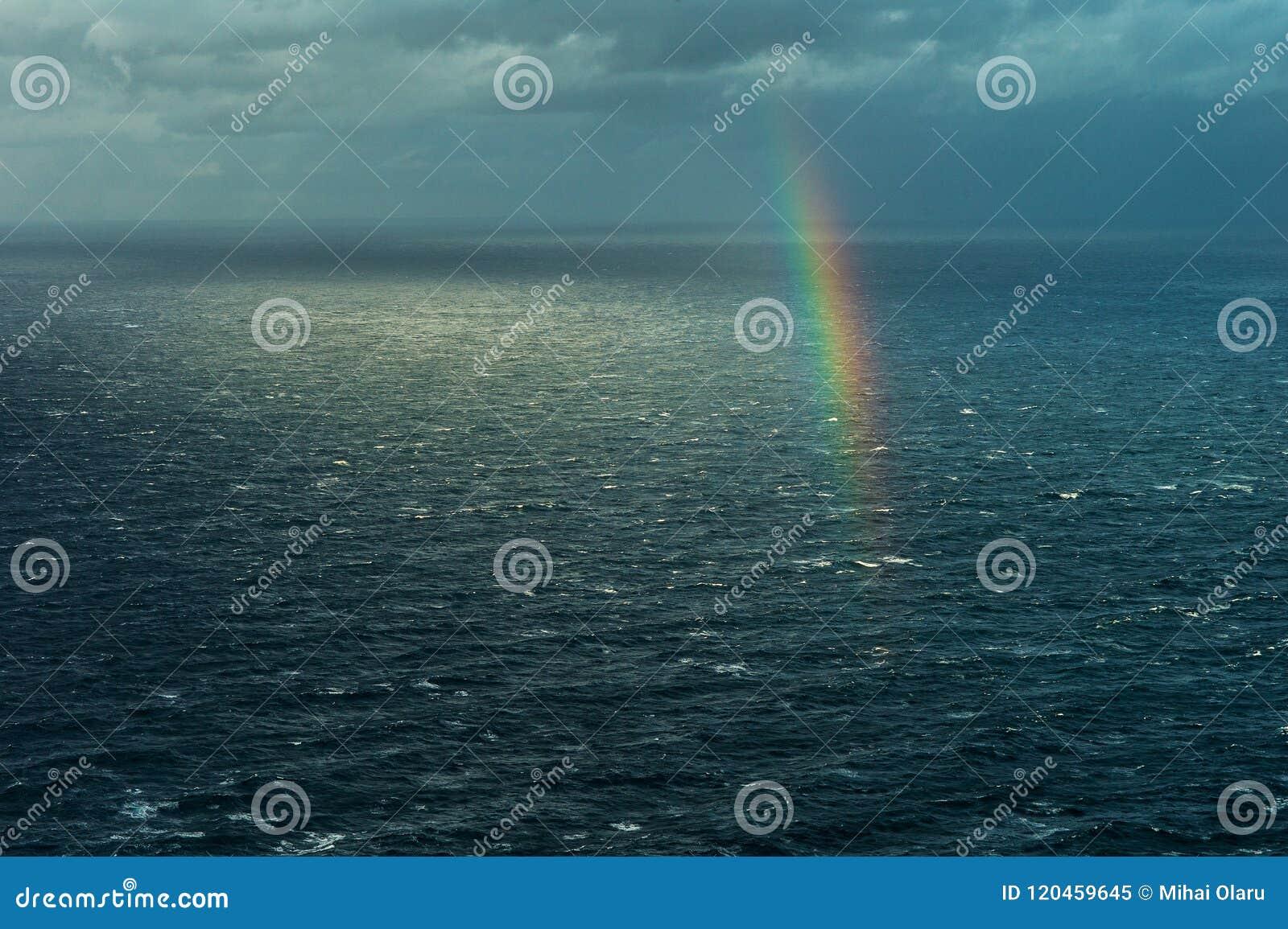 Arc-en-ciel au-dessus de la mer