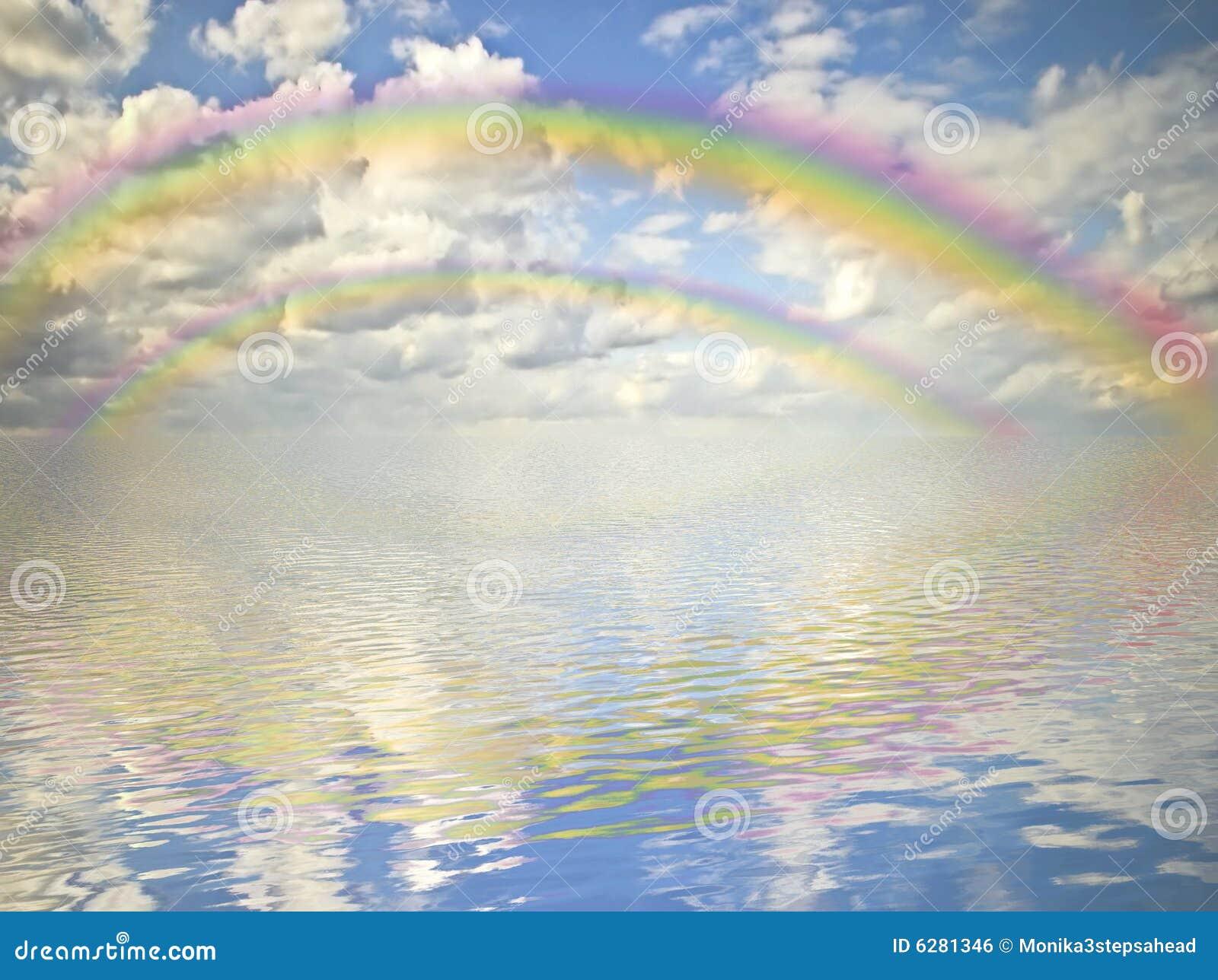 Arc-en-ciel, ciel nuageux et océan