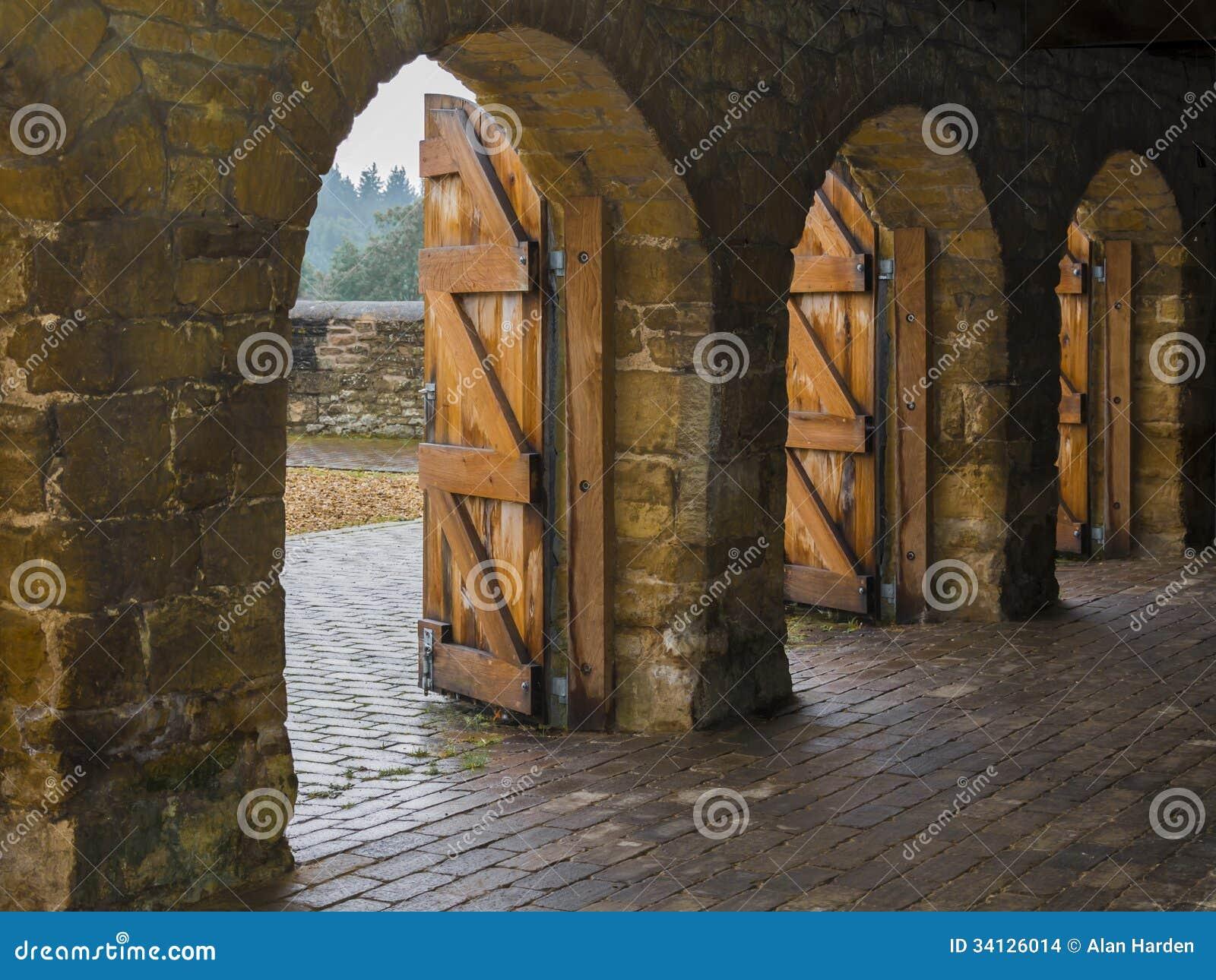 Arcadas de piedra con las puertas de madera imagenes de for Las puertas de piedra amazon