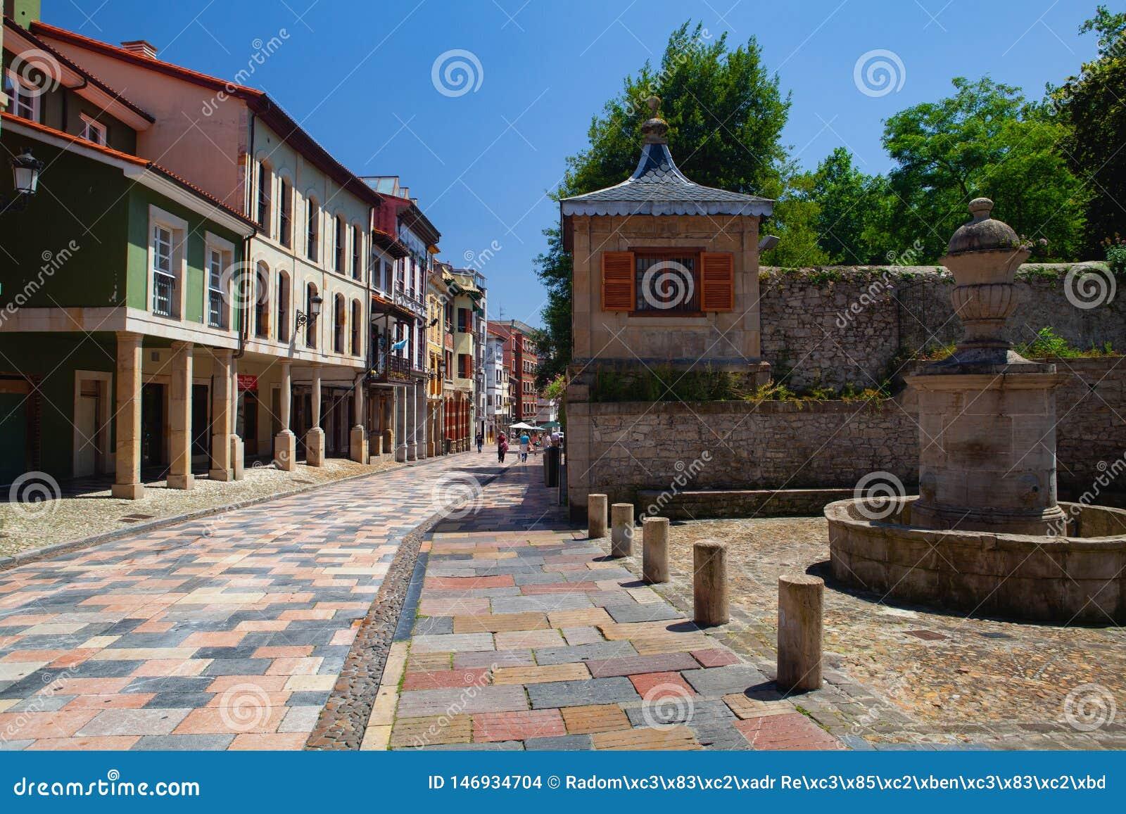 Arcades και στήλες στη διάσημη αρχαία πόλη Aviles, Ισπανία