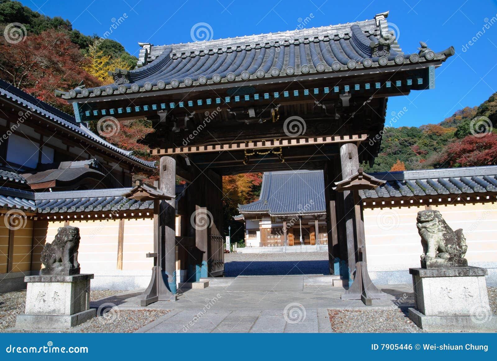 Arces japoneses con un templo