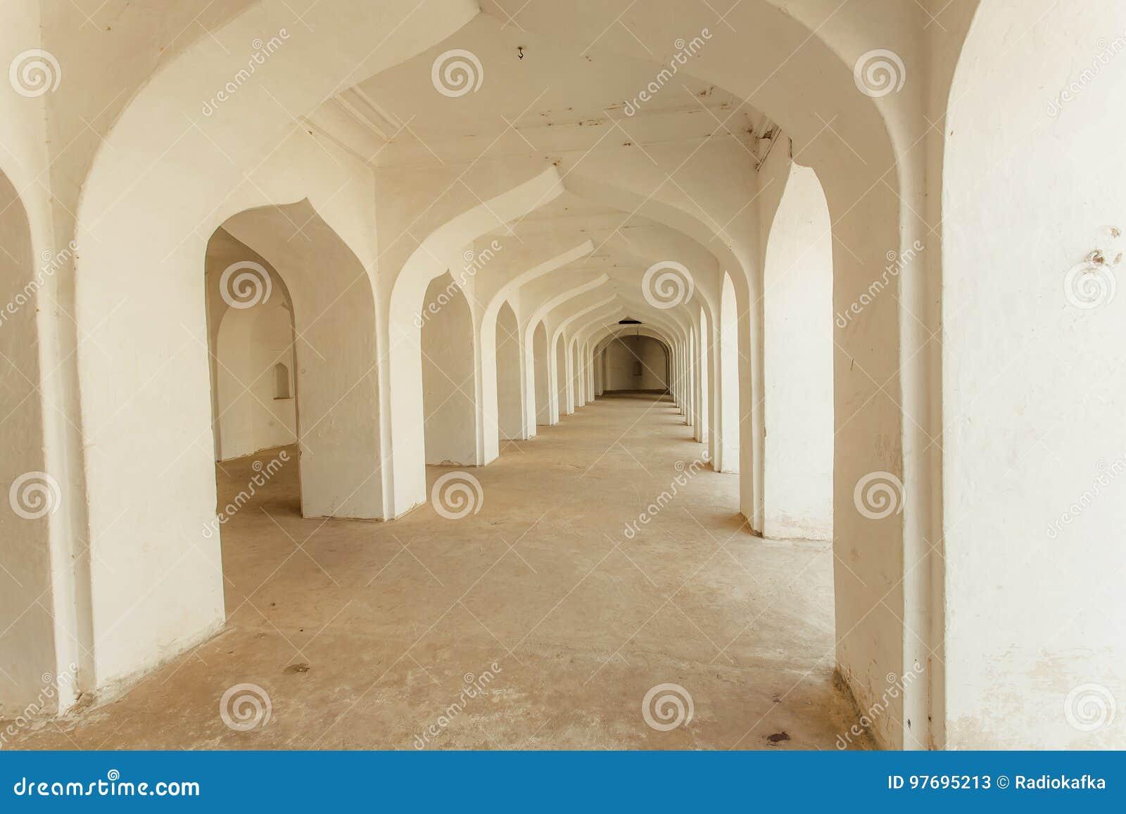 Corridoio Lungo Casa : Arché bianchi in casa indiana con il corridoio lungo dentro