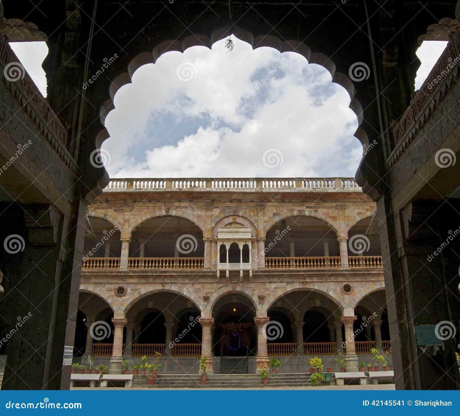 Arché e colonne di Rajwada storico di Indore