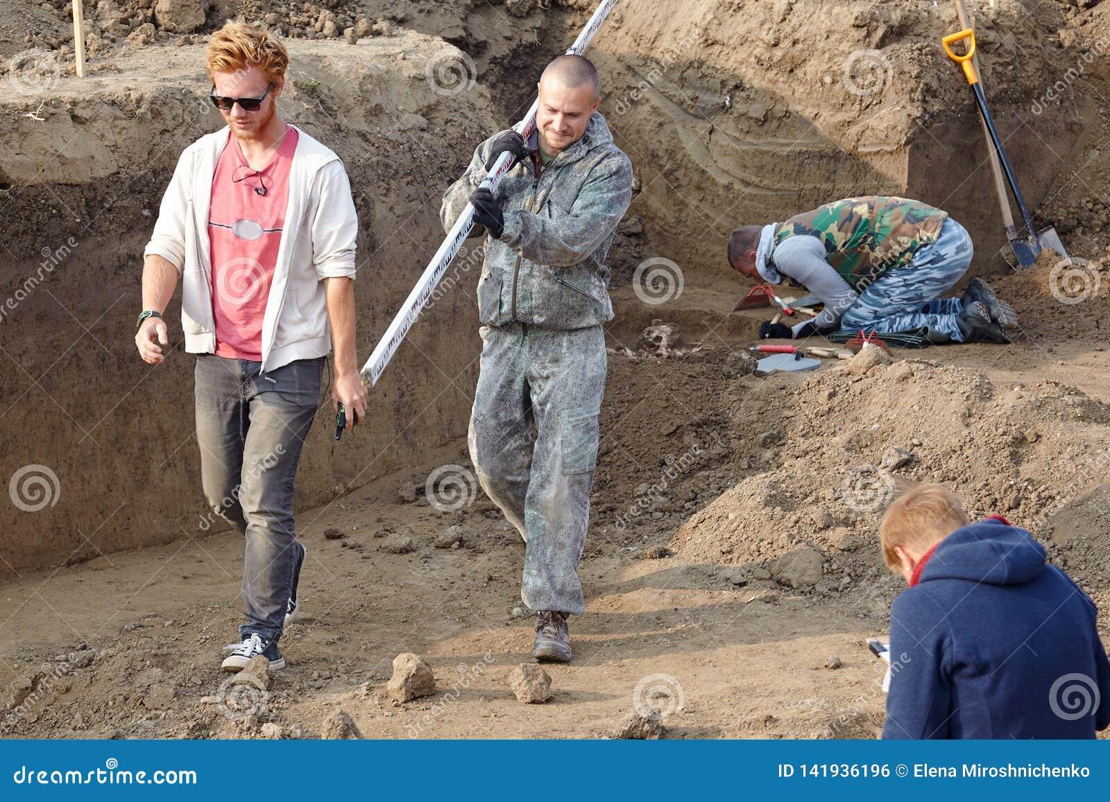 Archaeological park för paphos för cyprus utgrävningkato Arkeologerna i en grävareprocess som forskar gravvalvet med mänskliga be