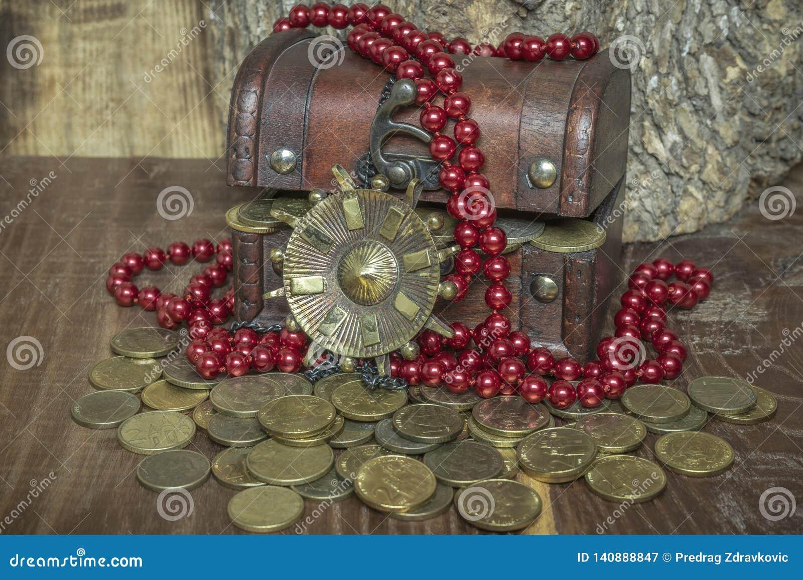 Arche mit goldenen Münzen Medaillon und Perlen