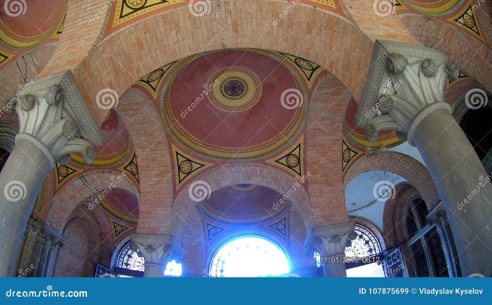 Arched coloriu o teto multi-colorido do tijolo