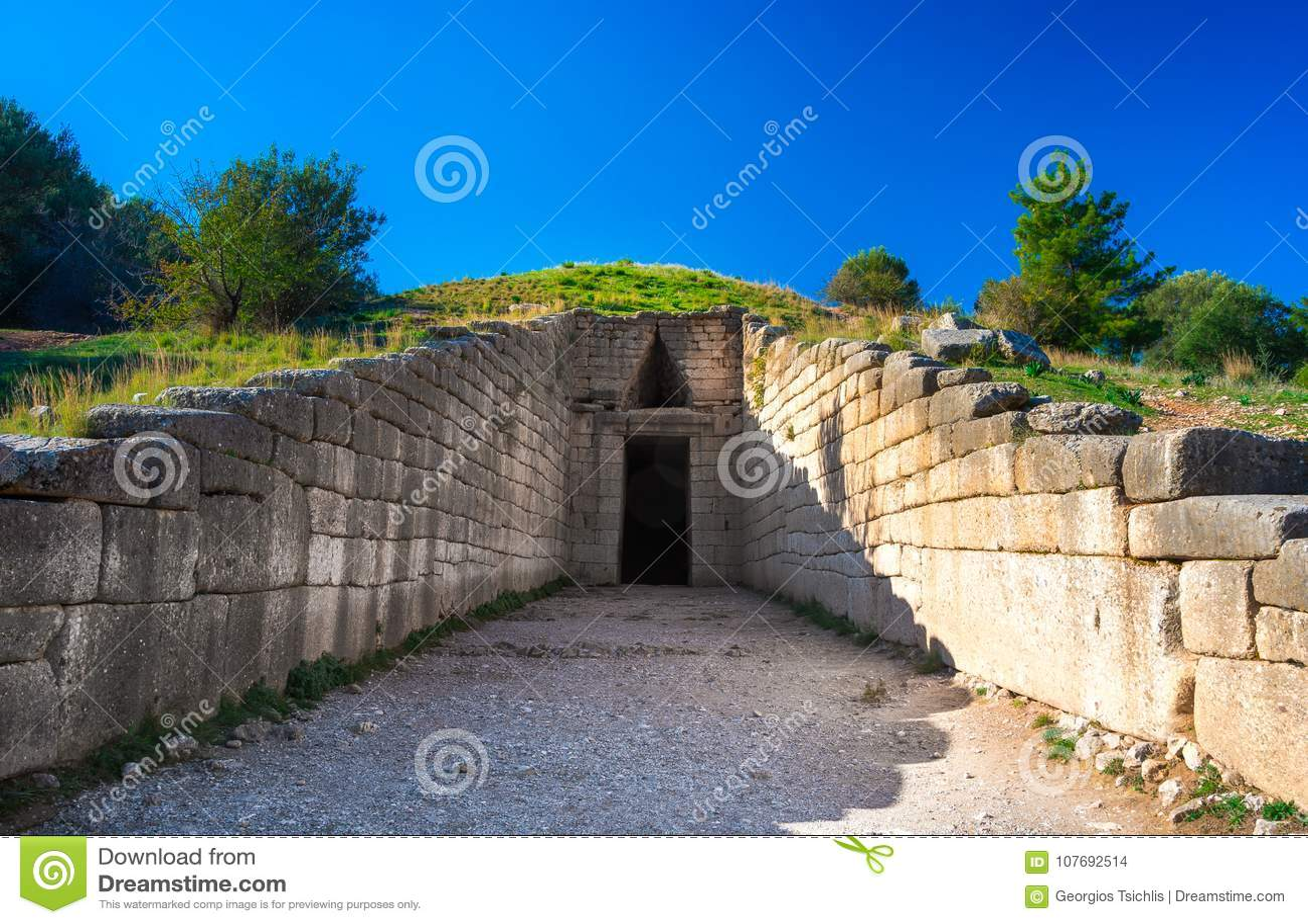 Archeologiczny miejsce Mycenae blisko wioski Mykines, z antycznymi grobowami, gigant ścianami i sławną lew bramą,
