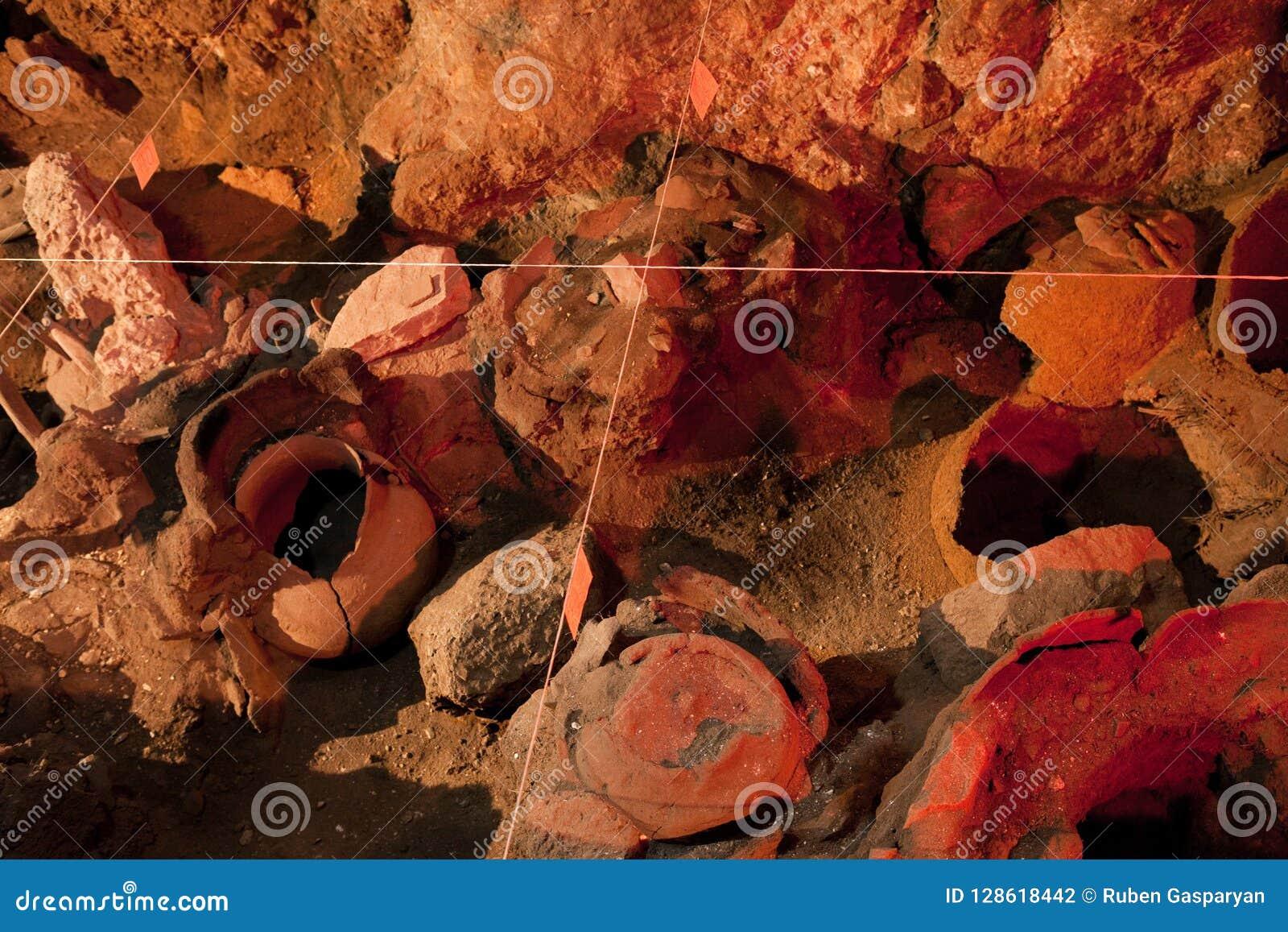 Archeologii podkopowy miejsce Istni artefakty, stara amfora