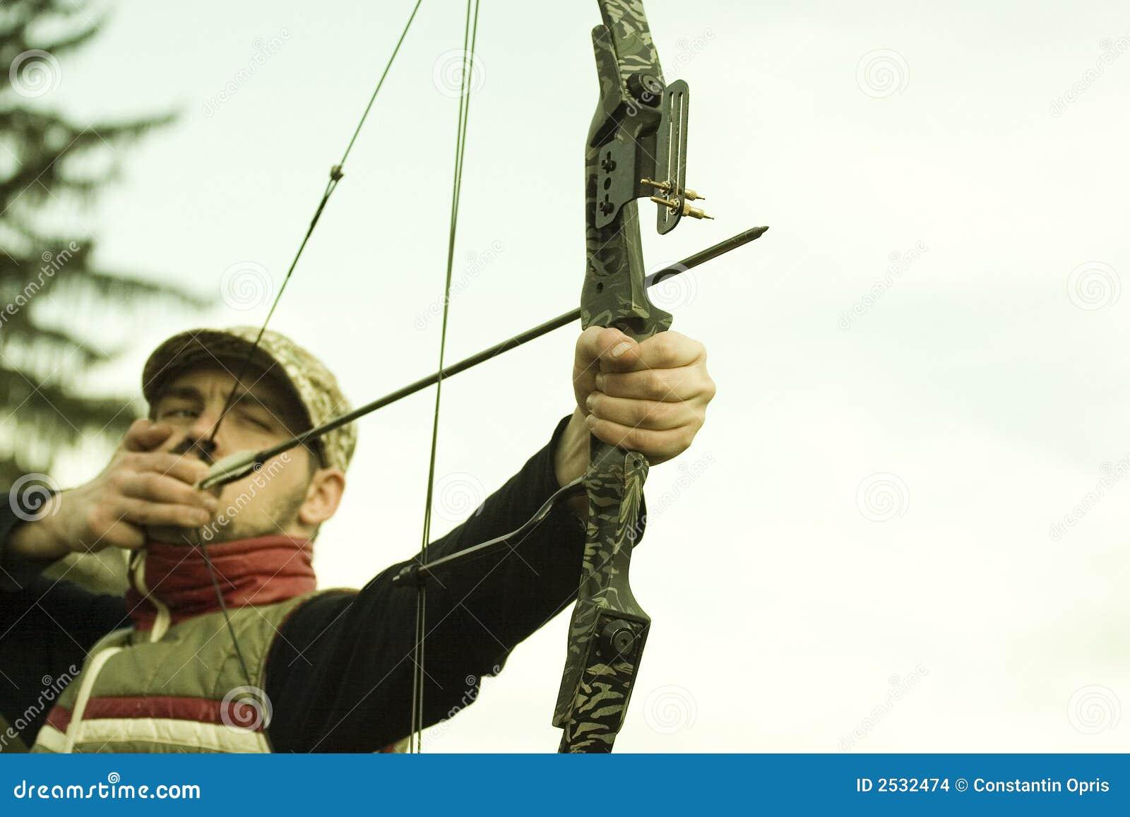 Archer che mira arco