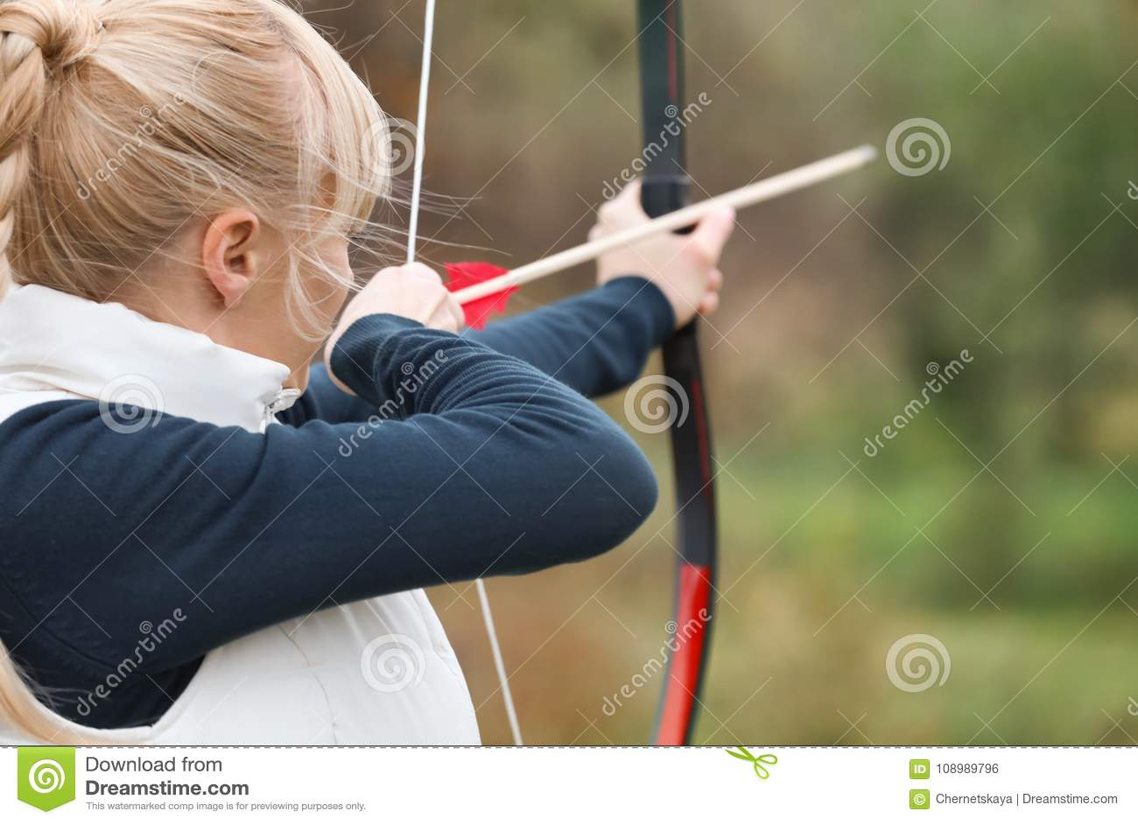 Archery привлекательной женщины практикуя